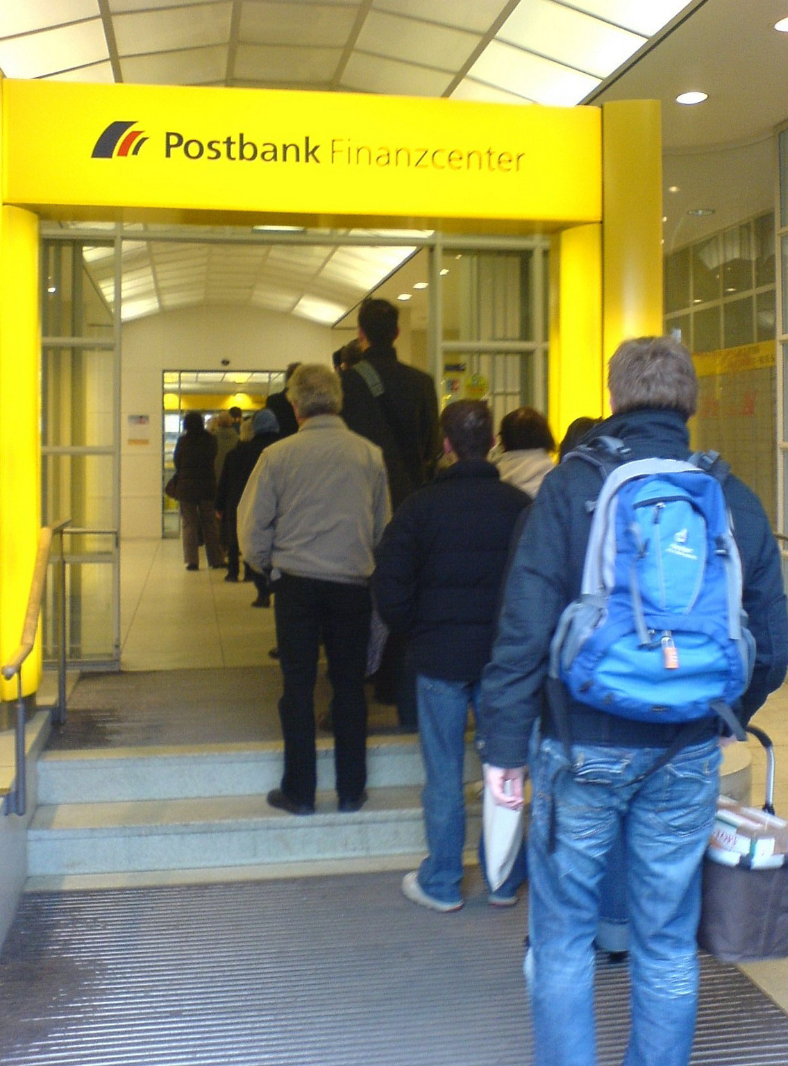 http://upload.wikimedia.org/wikipedia/commons/6/65/Deutsche_Post-Filiale_Tegernseer_Landstr._-_Waiting_line.JPG
