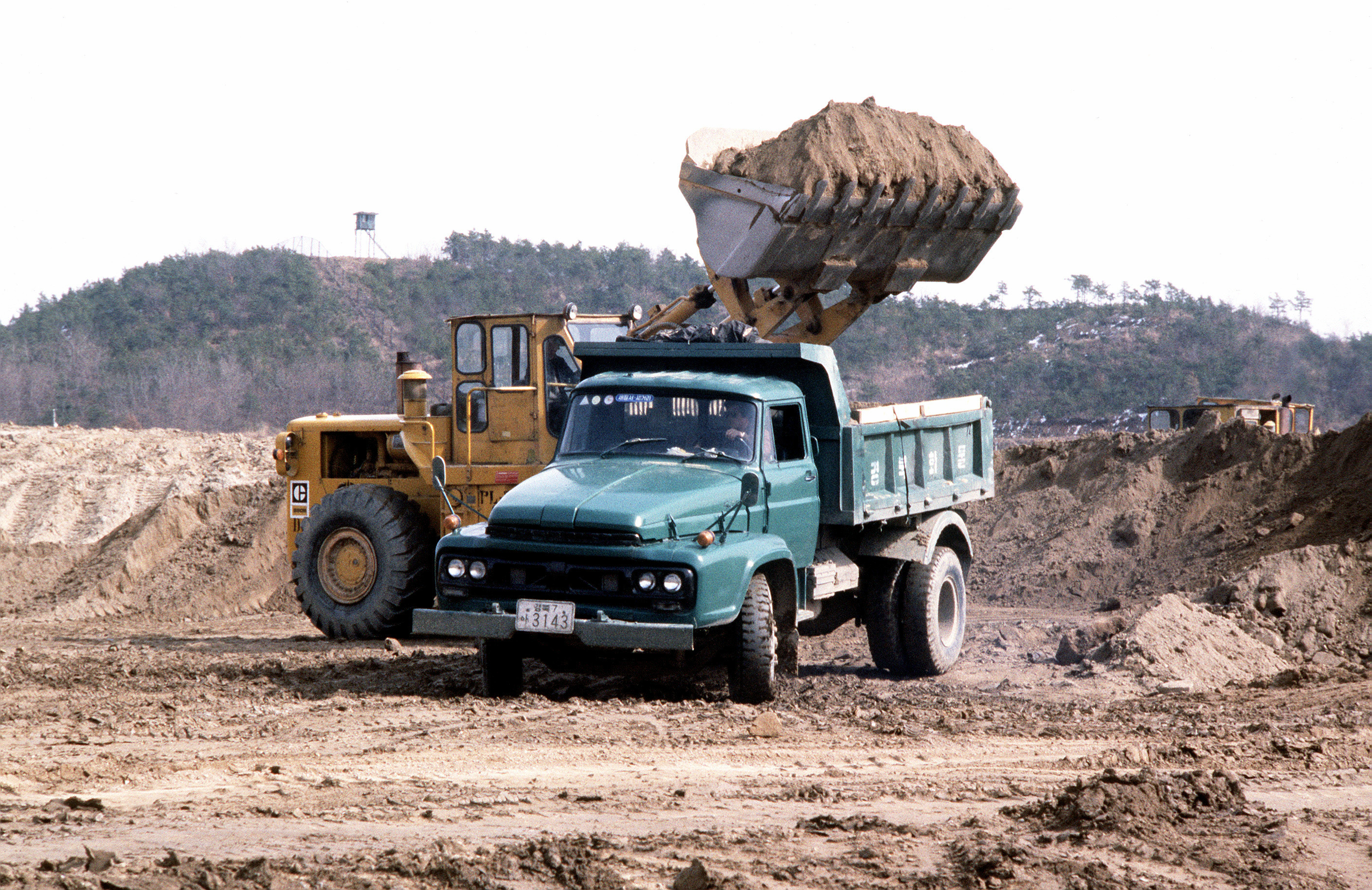 file earth moving equipment and dump trucks move dirt jpeg wikimedia commons. Black Bedroom Furniture Sets. Home Design Ideas