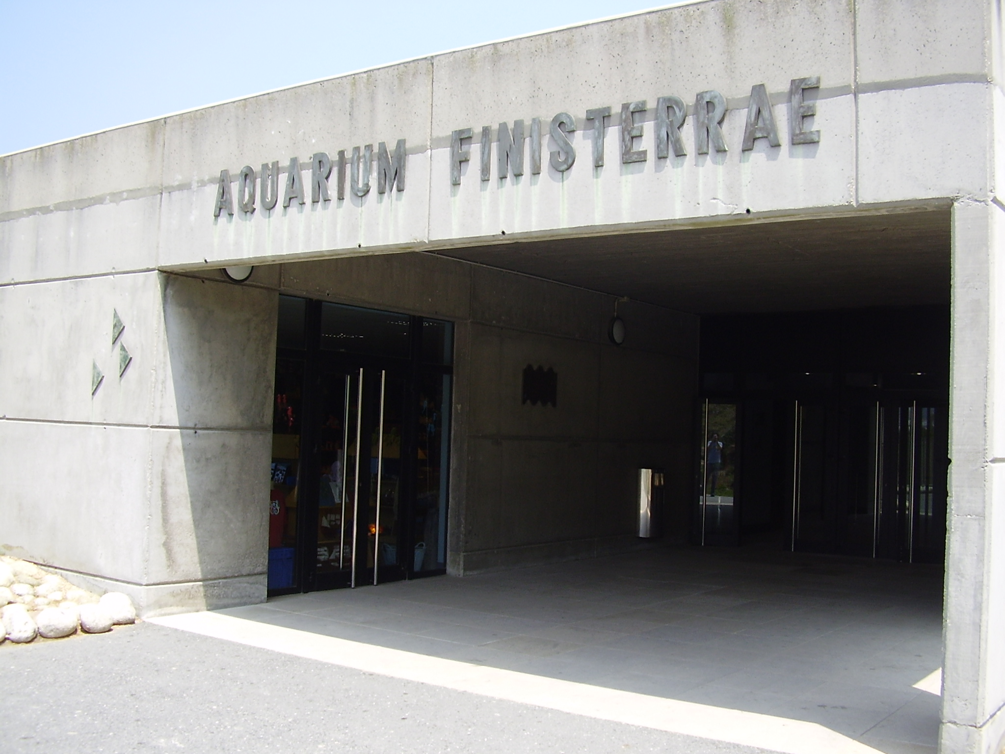 http://upload.wikimedia.org/wikipedia/commons/6/65/Entrada_del_Aquarium_Finisterrae.jpg