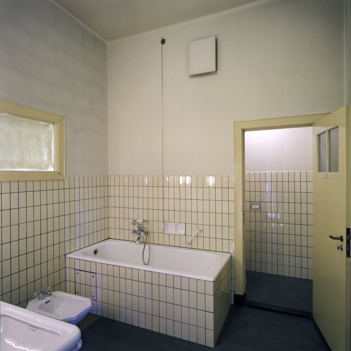 File interieur overzicht van de badkamer rechts naast de ruimte flat 3 genaamd gelegen aan het - Bad kamer ...