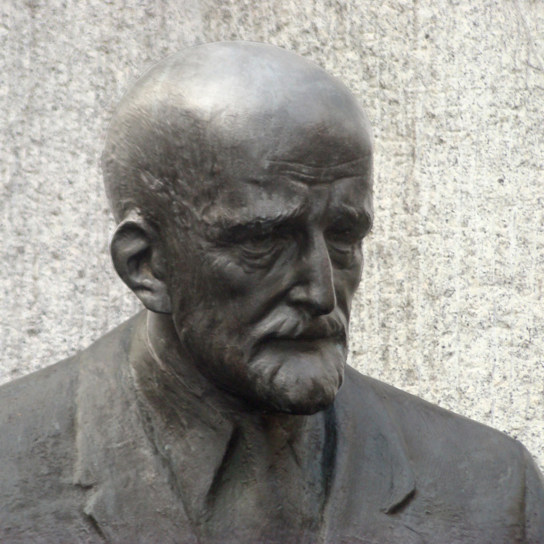 https://upload.wikimedia.org/wikipedia/commons/6/65/Janusz_Korczak_monument_Warsaw_04.jpg