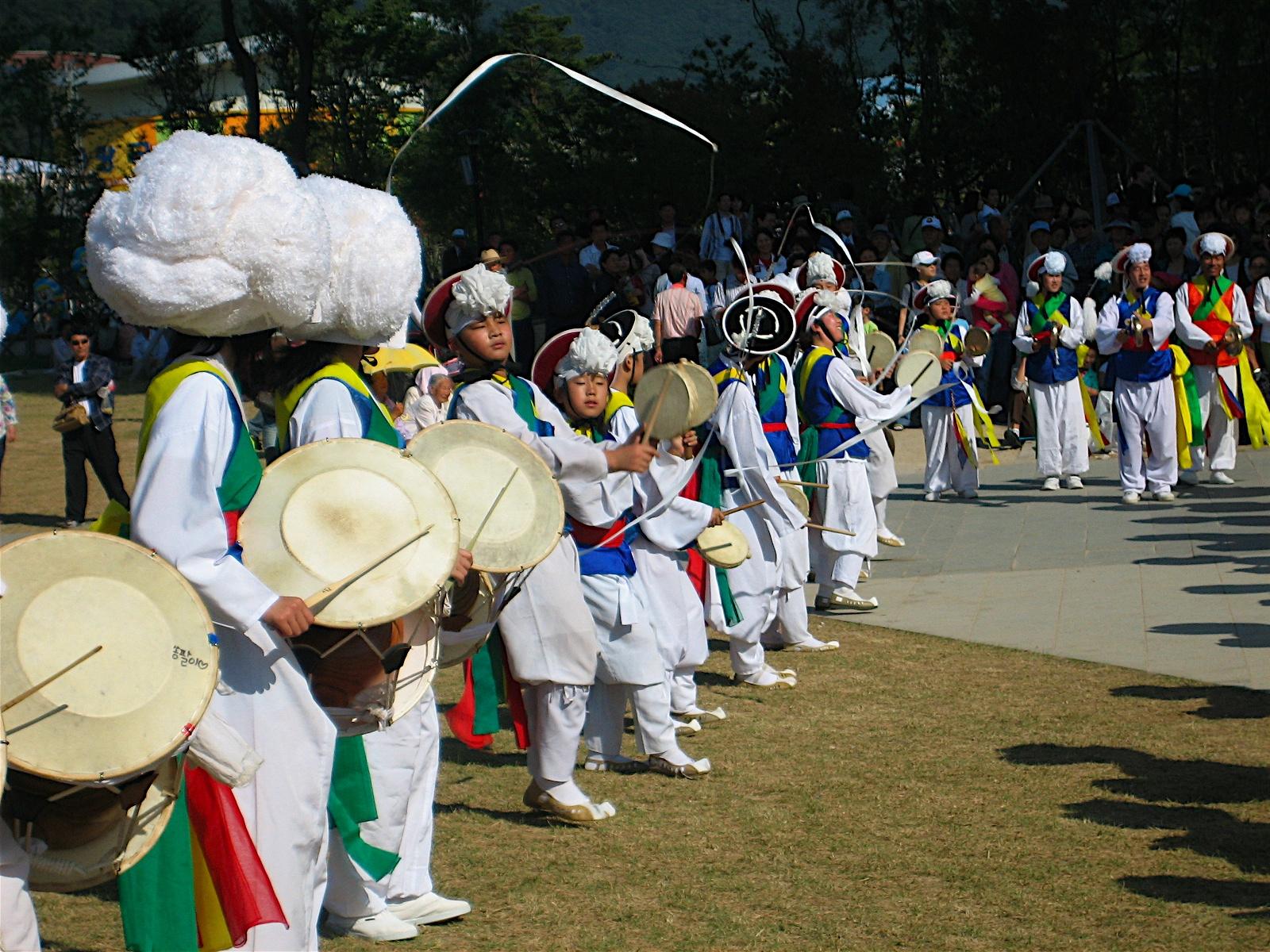 http://upload.wikimedia.org/wikipedia/commons/6/65/Korea-2007_Gyeongju_World_Culture_Expo-Nongak-01.jpg