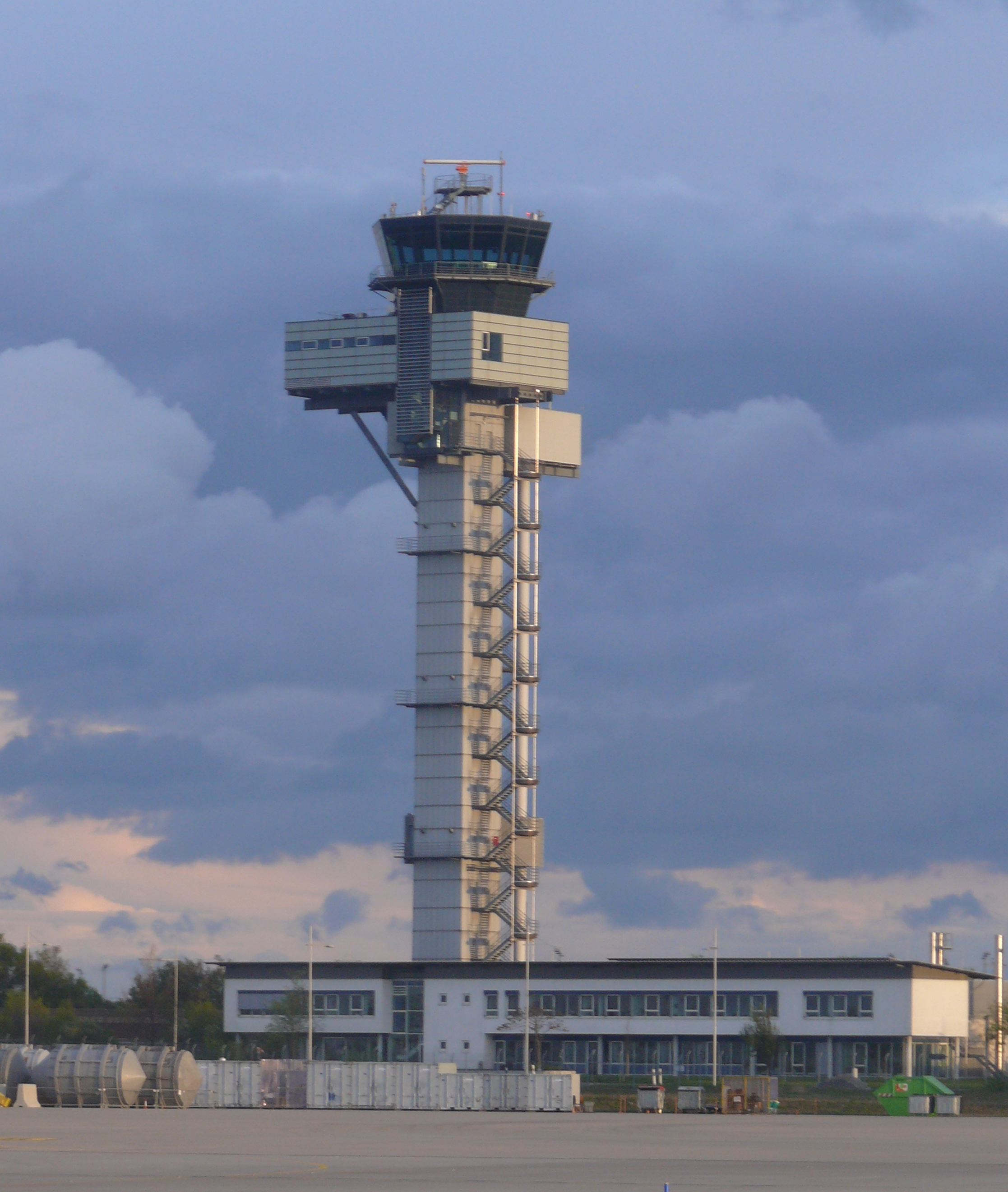 File Leipzig Halle Airport Tower 02 Jpg Wikimedia Commons