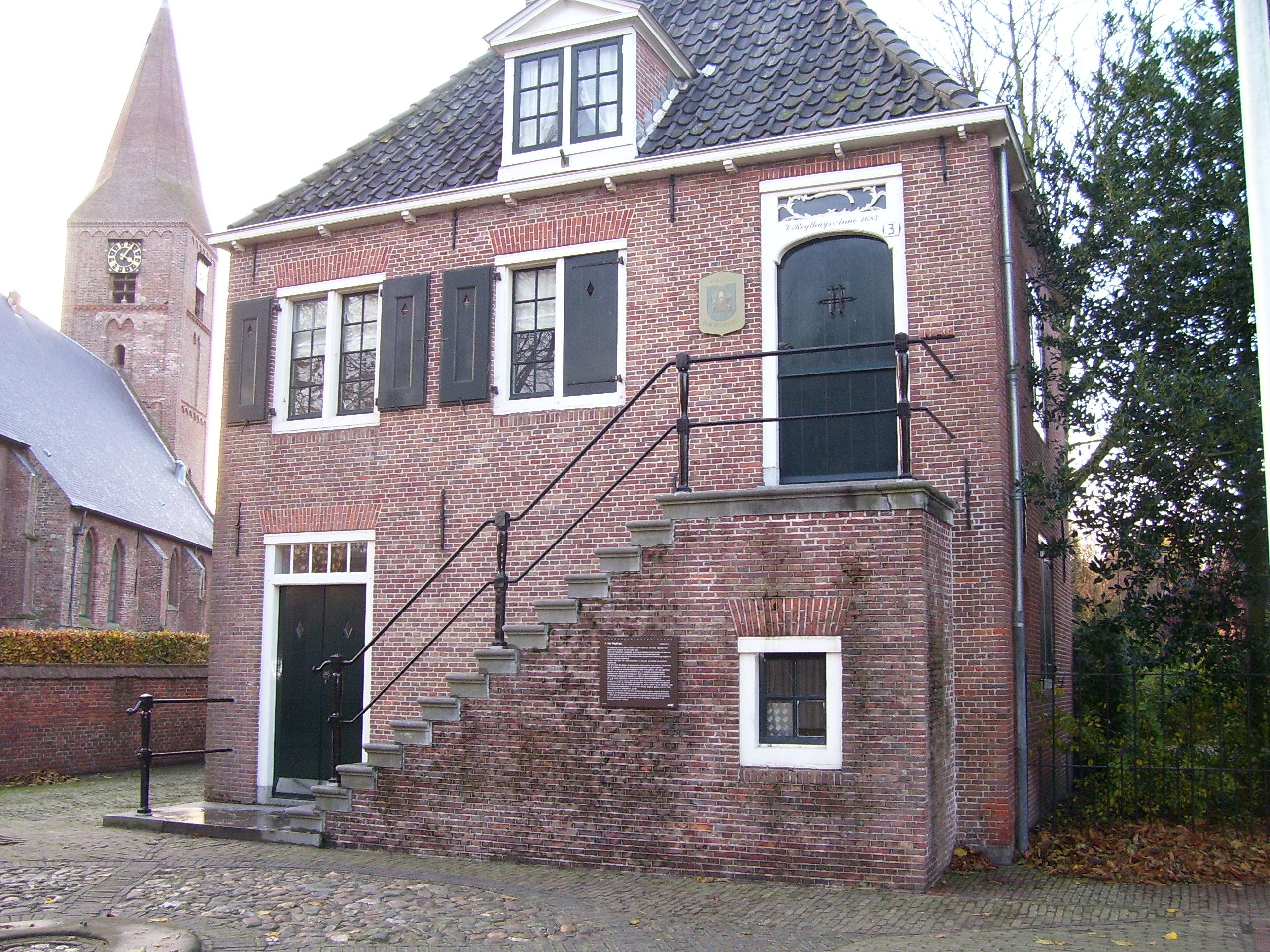 Voormalig raadhuis gebouwtje met schilddak de verdieping for Buitentrap met bordes