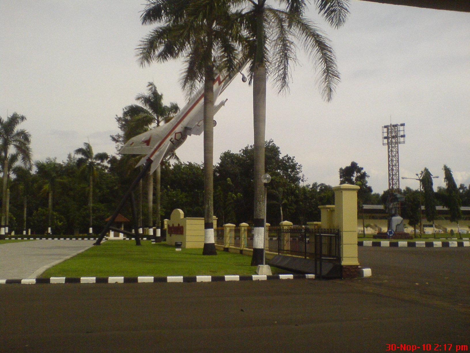 File:Patung Pesawat - panoramio.jpg