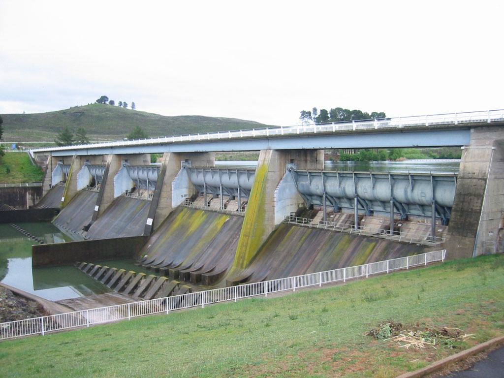 File:Scrivener Dam Canberra-01JAC.jpg - Wikimedia Commons
