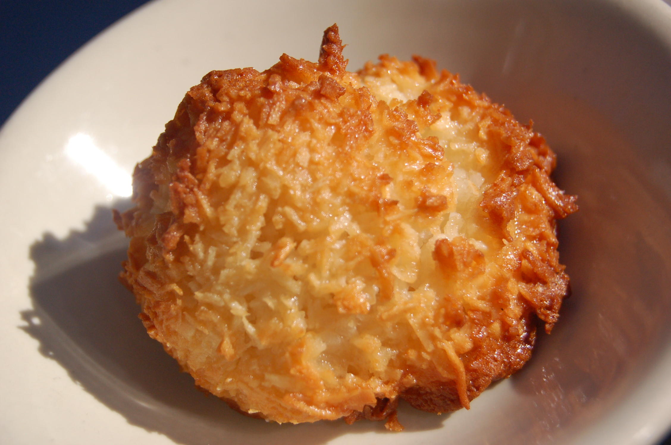 File:Sofra Coconut macaroon, October 2009.jpg - Wikimedia Commons