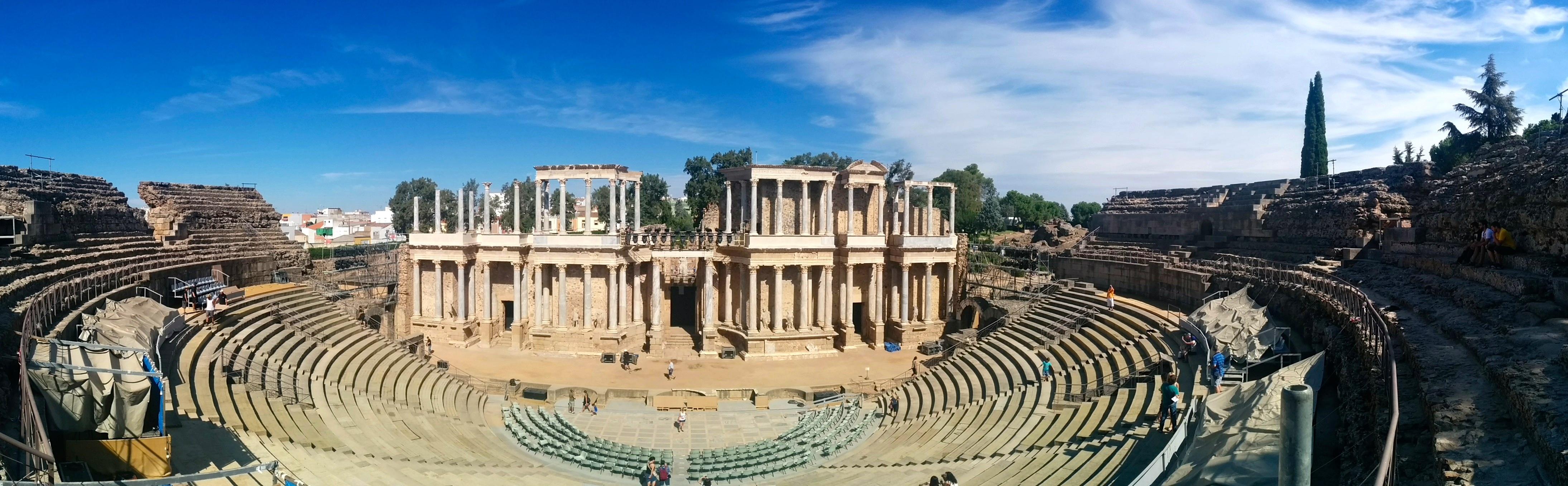 File:Vista panorámica del Teatro Romano de Mérida.jpg - Wikimedia Commons