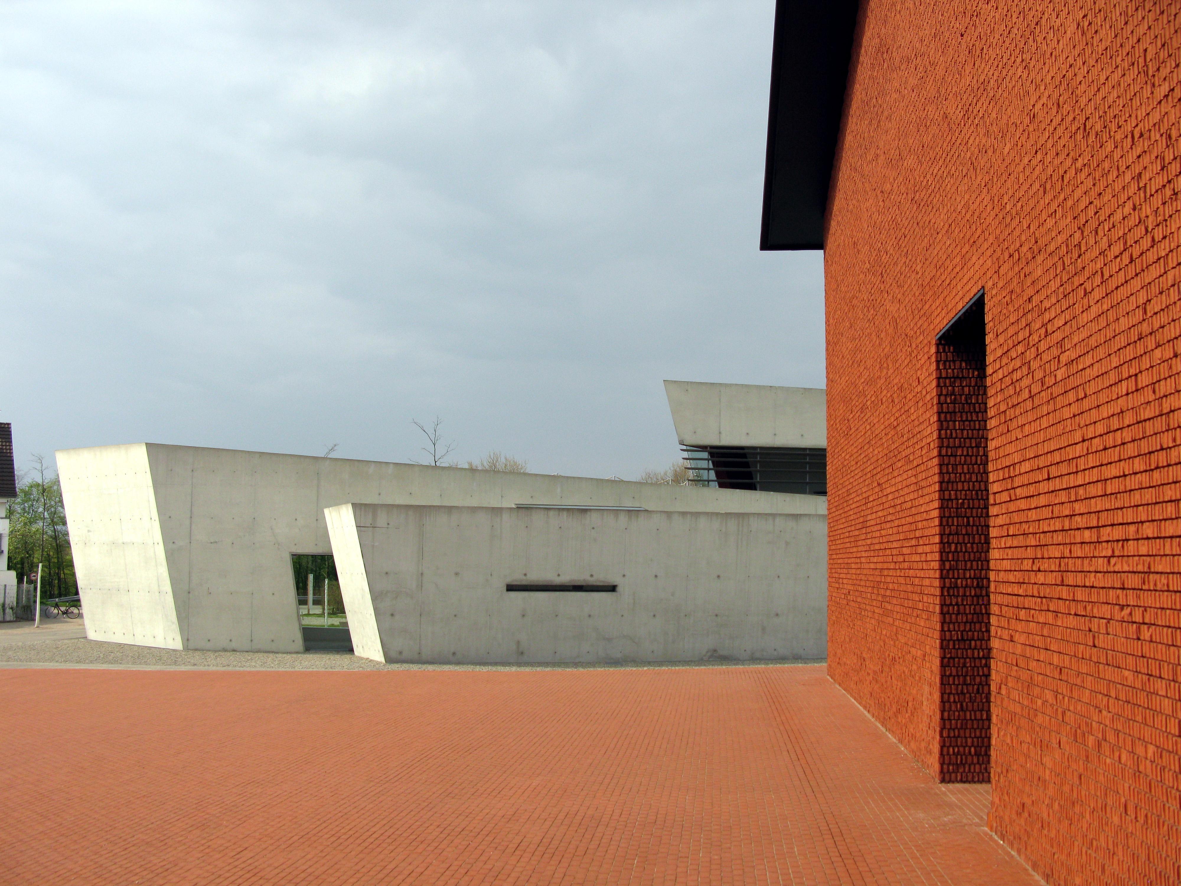 File:Vitra Feuwehrhaus in Weil am Rhein, rechts das Schaudepot 2.jpg ...