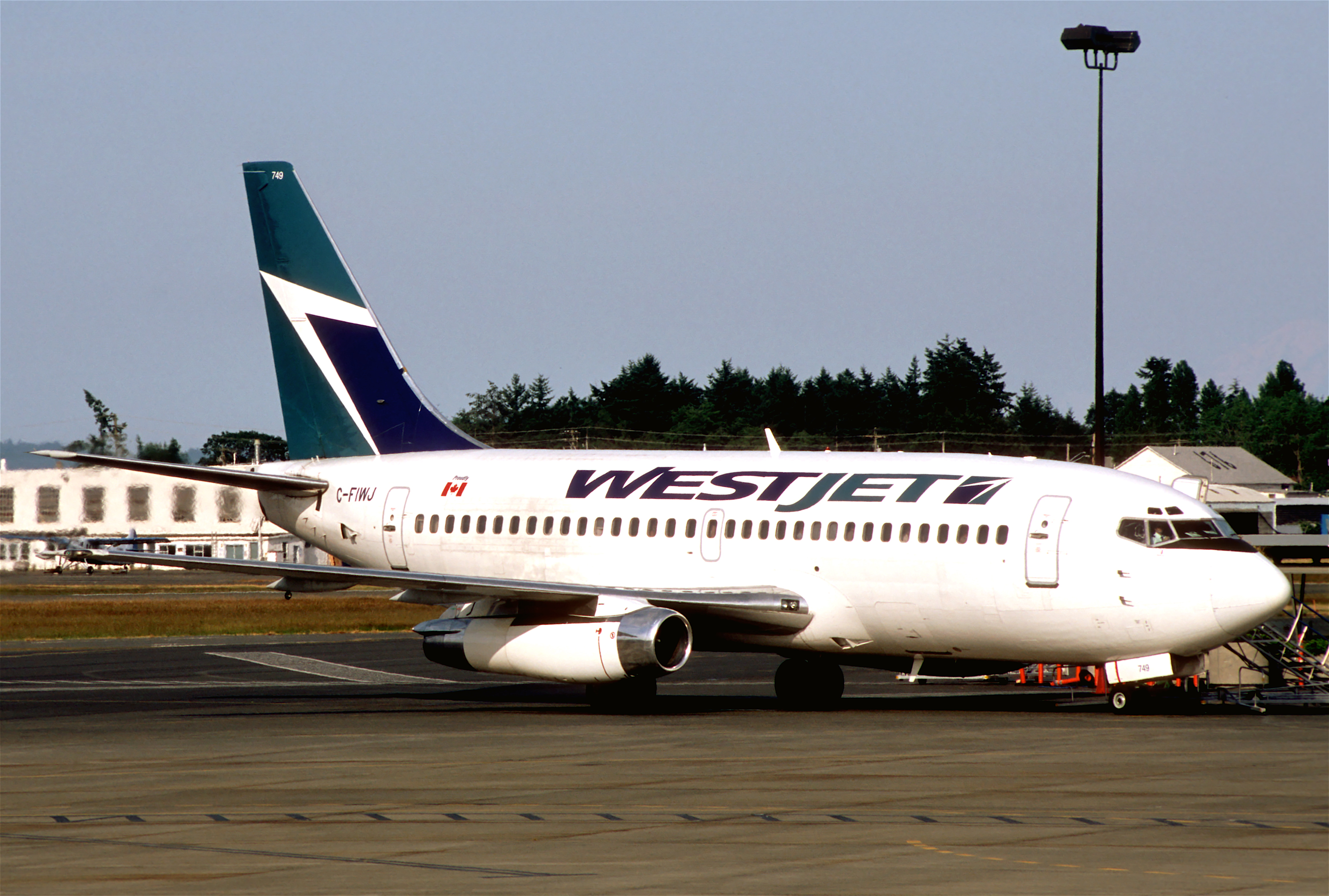https://upload.wikimedia.org/wikipedia/commons/6/65/Westjet_Boeing_737-200%3B_C-FIWJ%2C_July_2003_%286169561288%29.jpg