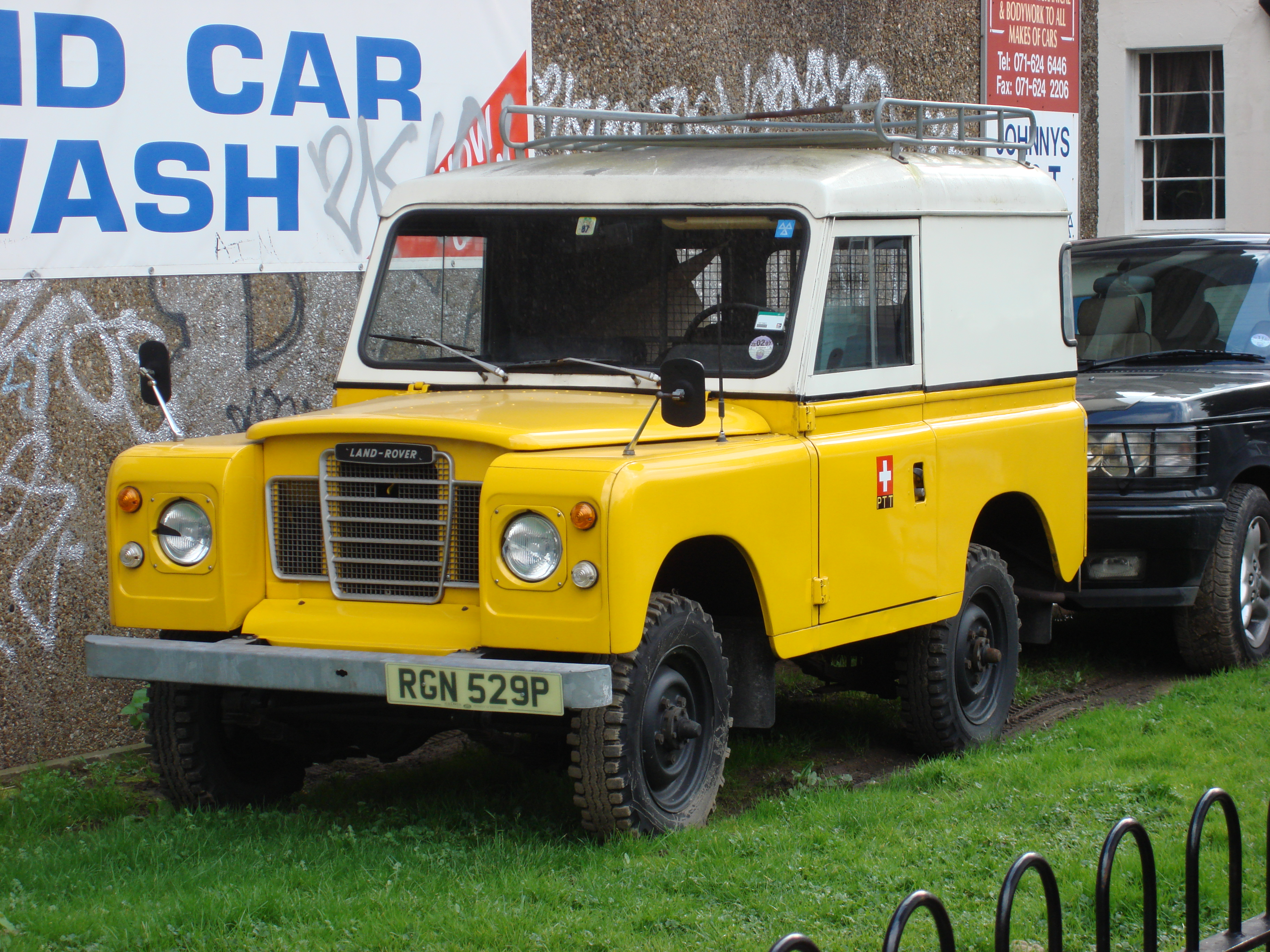 File:Yellow Land Rover Defender.jpg - Wikimedia Commons