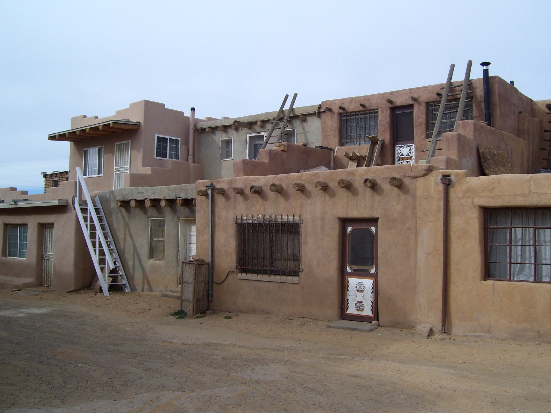 File 34 acoma pueblo wikimedia commons for Pueblo home builders