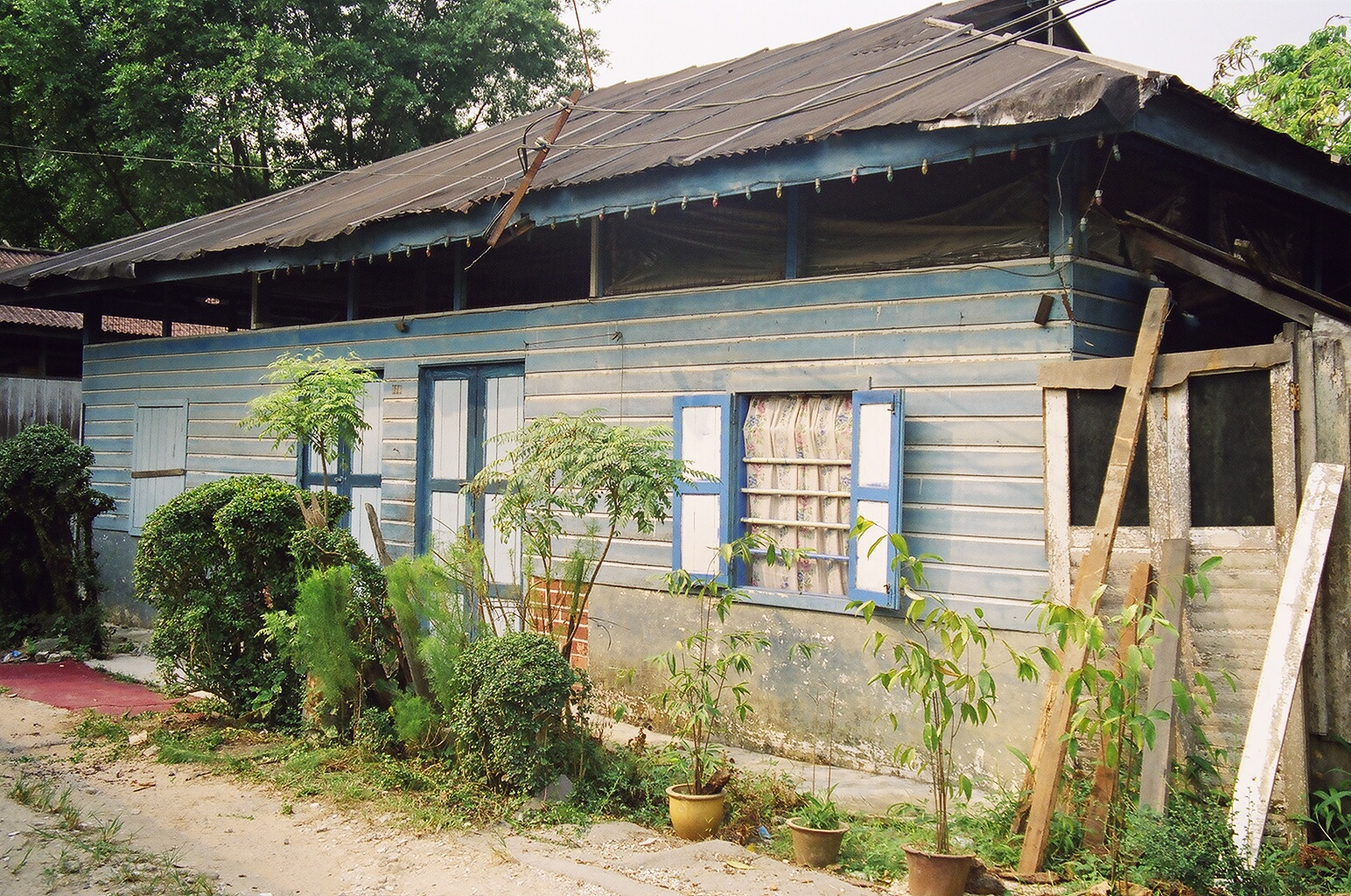 File a typical kampong house jpg wikimedia commons for Picture of house
