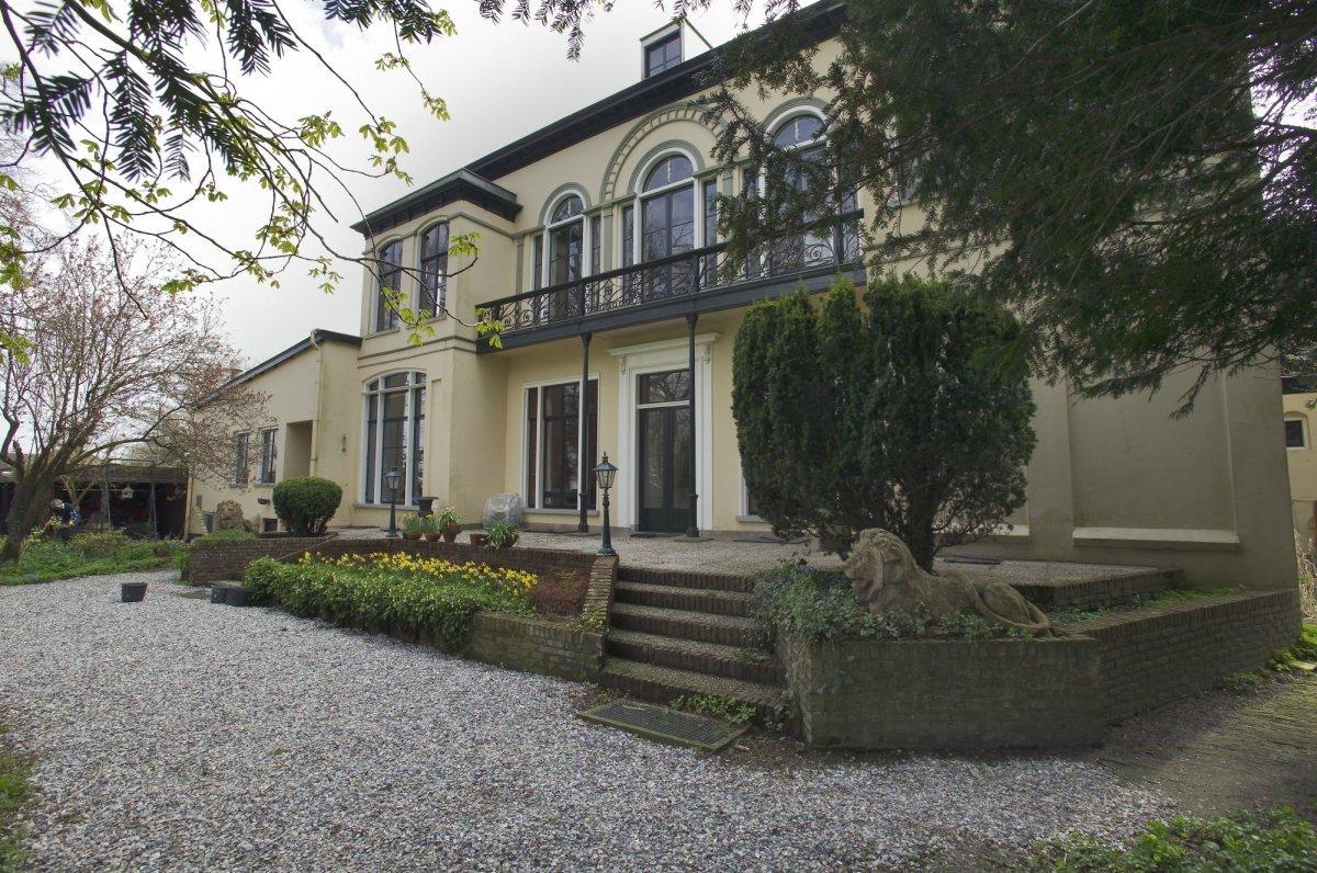 File achterzijde van het huis met gemetselde bloembakken en trap naar het twintigste eeuws - Model van het terras ...