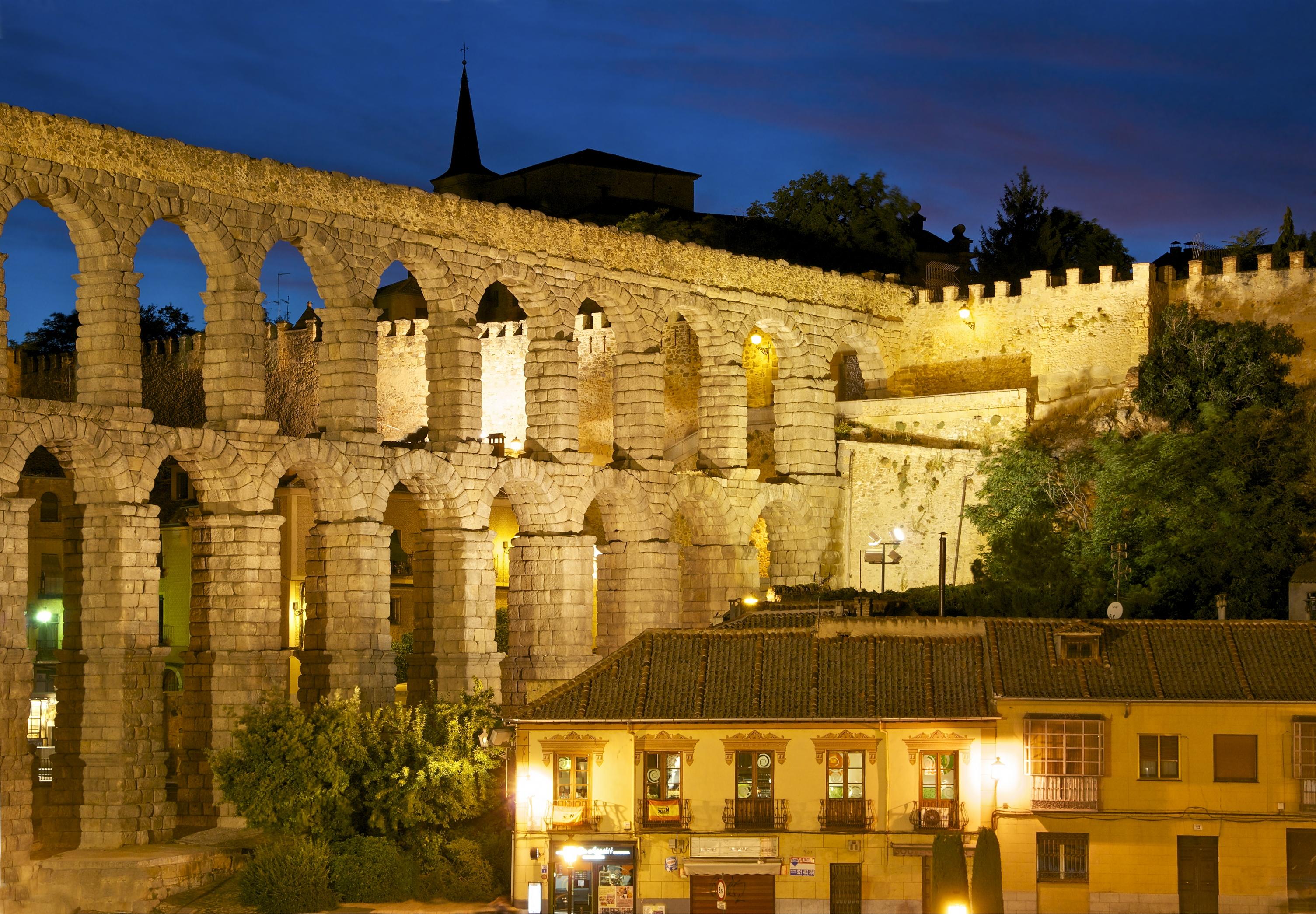 File:Aqueduct city wall Segovia night.jpg