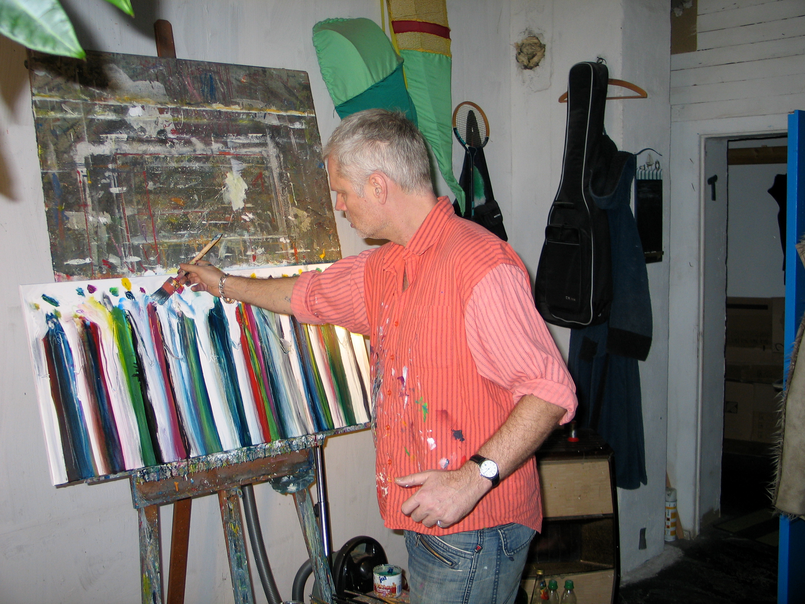 Filearbeit des malers ralf peter post in seinem wohn zimmer atelier