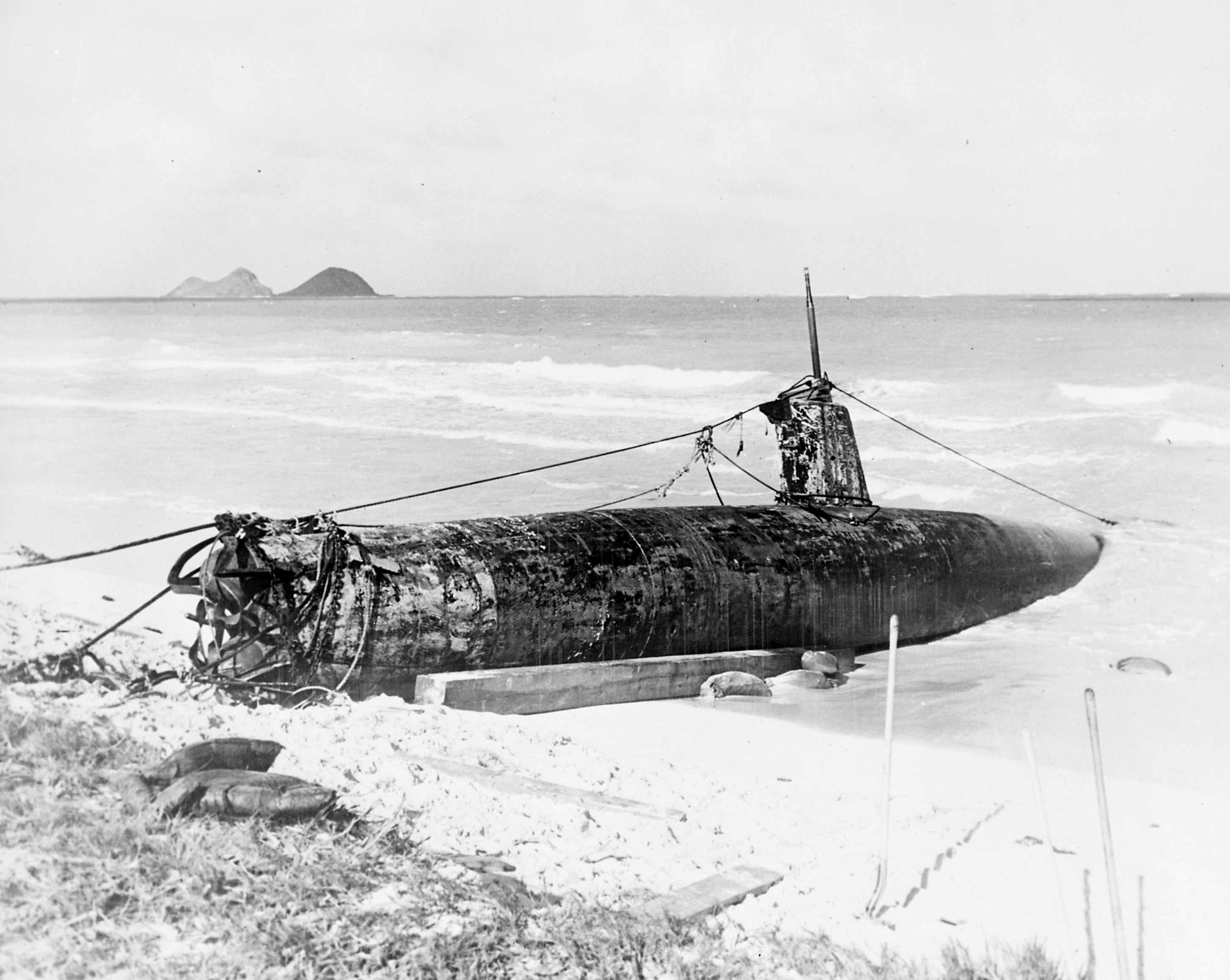 http://upload.wikimedia.org/wikipedia/commons/6/66/Attack_on_Pearl_Harbor_Japanese_minisub.jpg
