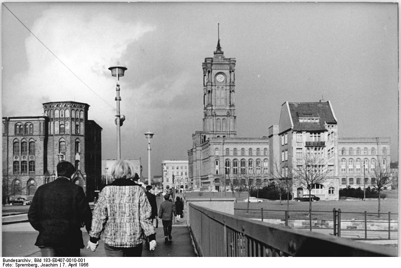 Bundesarchiv Bild 183-E0407-0010-001, Berlin, Blick auf das Rote Rathaus.jpg