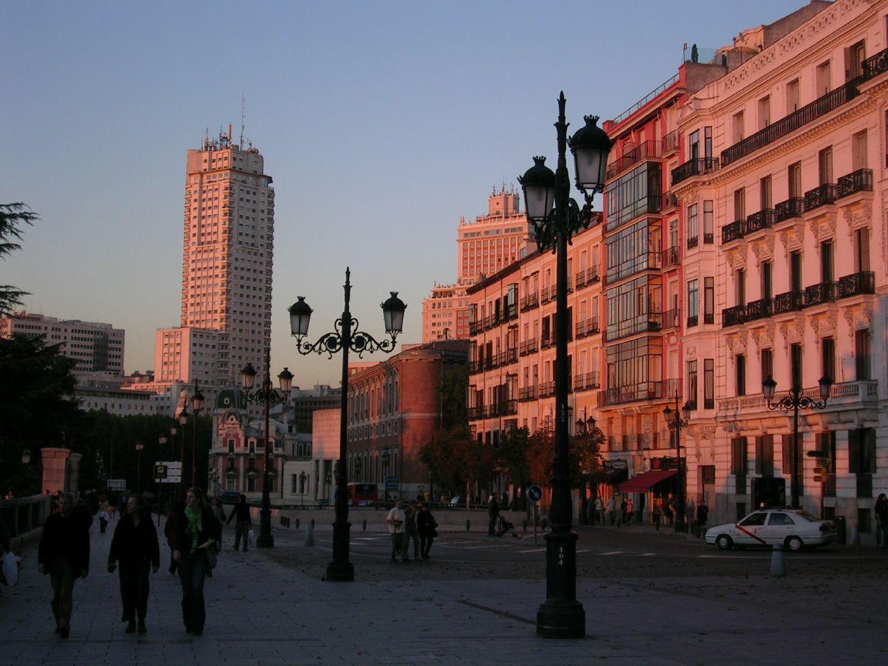 Calle_de_Bail%C3%A9n_(Madrid)_01.jpg