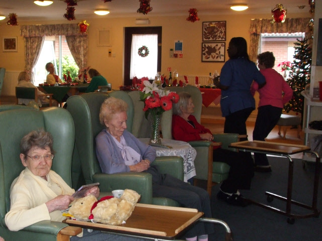 https://upload.wikimedia.org/wikipedia/commons/6/66/Christmas_Day_in_a_nursing_home_-_geograph.org.uk_-_1091150.jpg