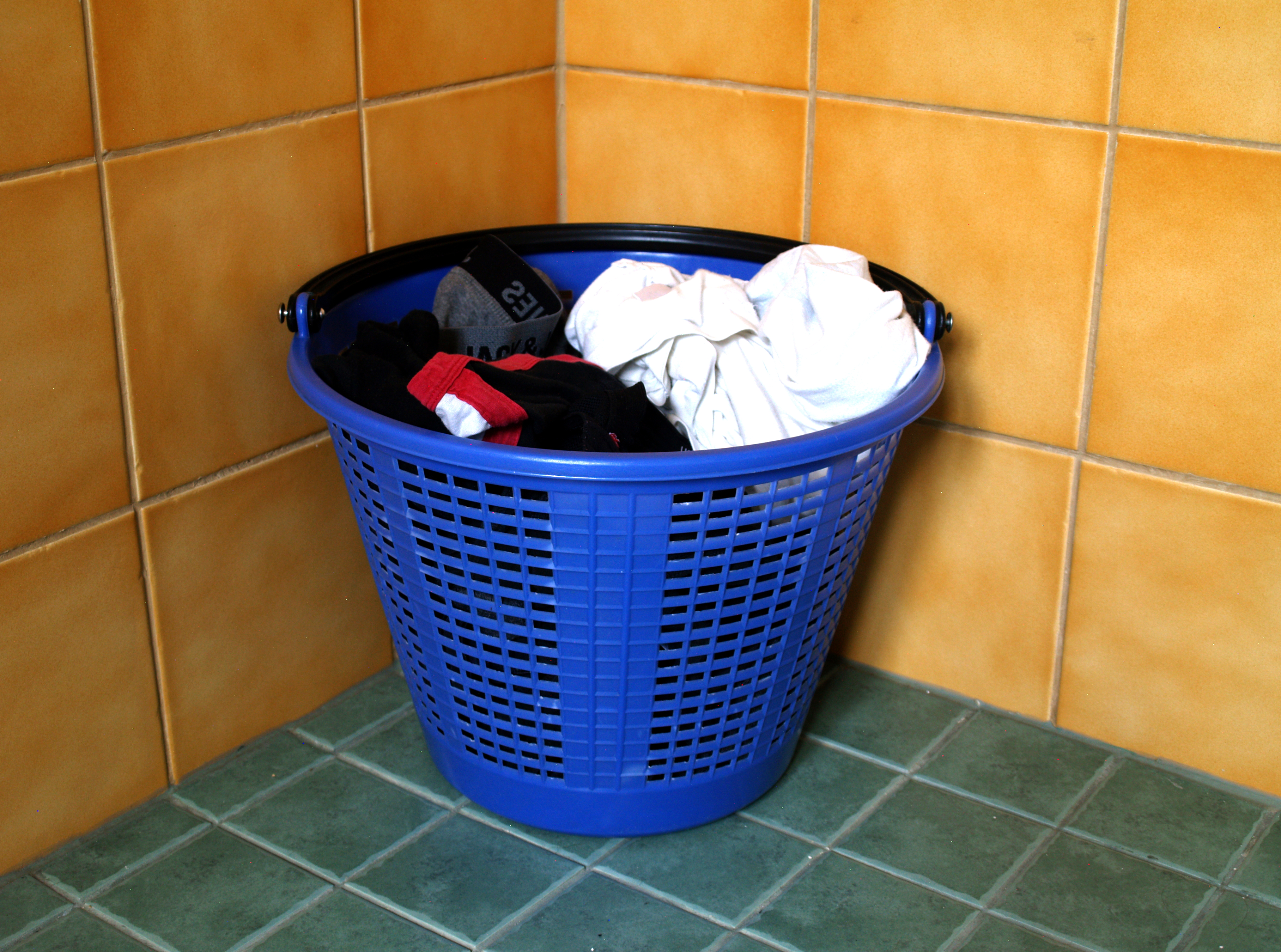Clothes_in_laundry_basket