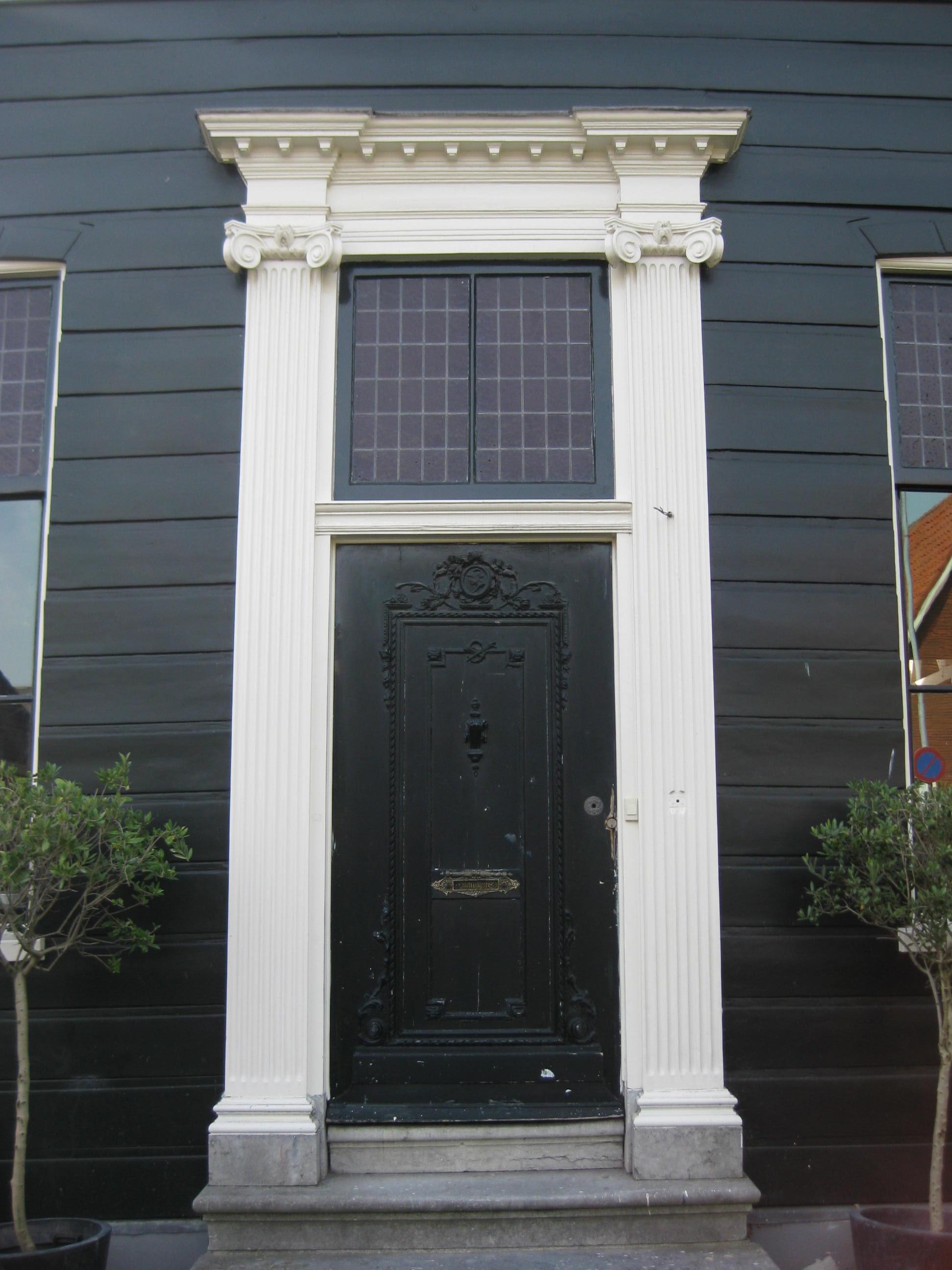 Houten huis met schilddak midden in de voorgevel een ingang met bovenlicht in een omlijsting - Ingang van een huis ...