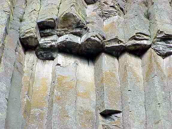 el basalto y la gloria DevilsTowerCloseupByPhilKonstantin
