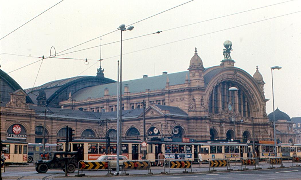File:Frankfurt's main train station, and streetcars, in 1970 -a.jpg -  Wikimedia Commons