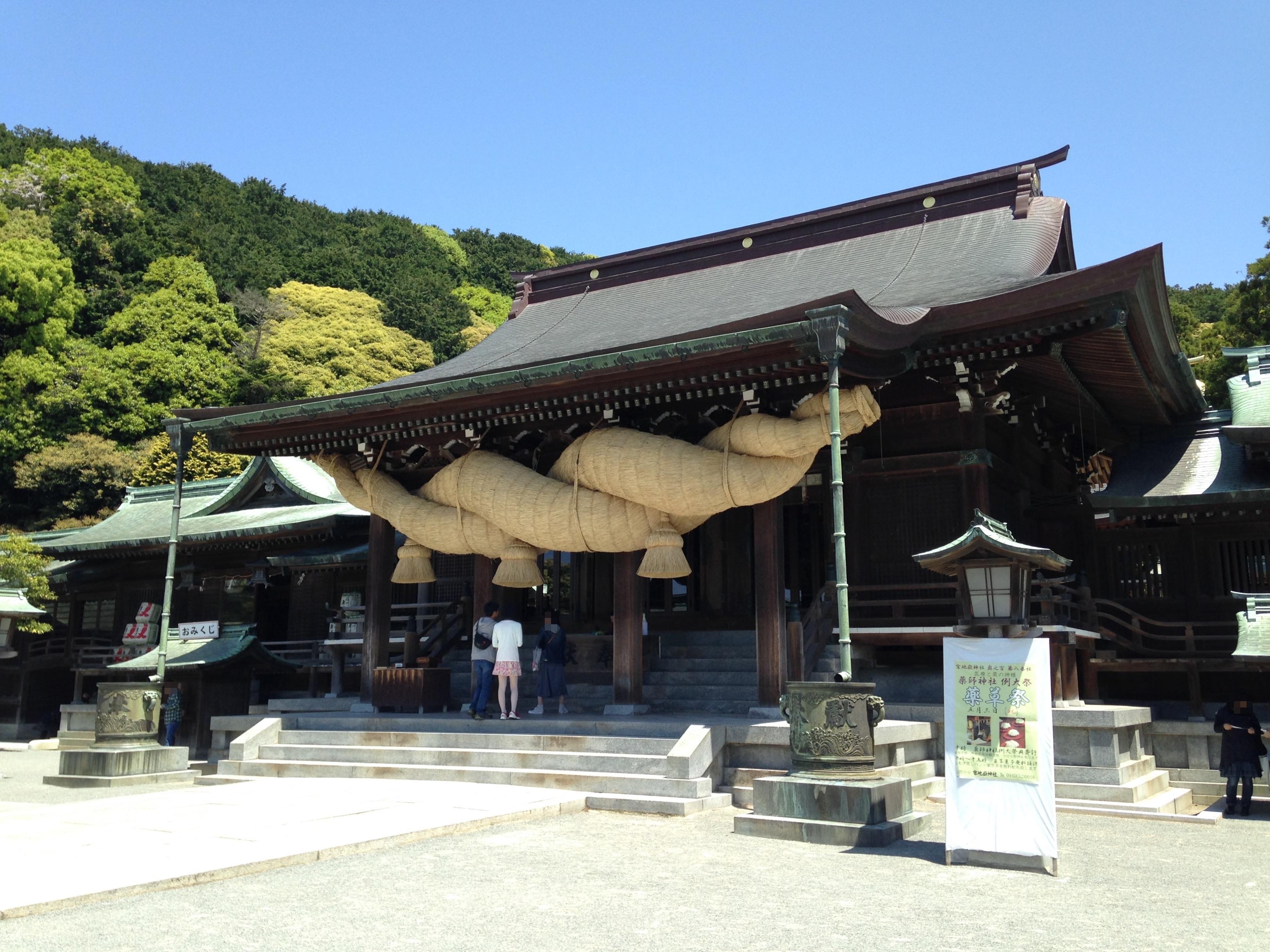 https://upload.wikimedia.org/wikipedia/commons/6/66/Haiden_of_Miyajidake_Shrine.JPG