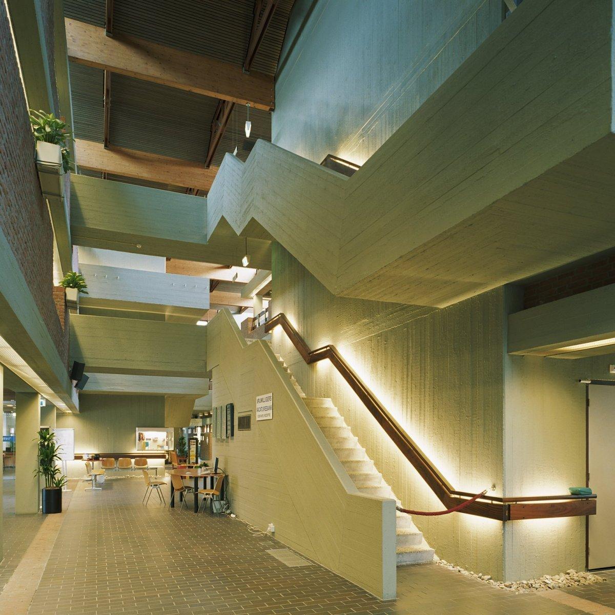 File:Interieur, zicht vanuit de centrale hal op galerijen en het ...