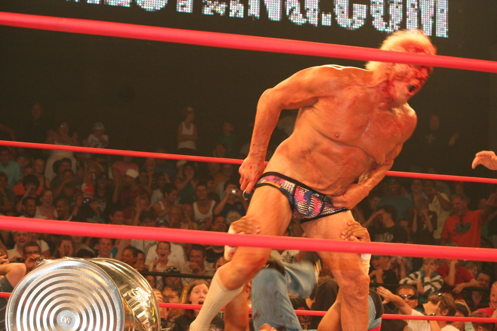 25 de junio: ser la hija del campeón del mundo de lucha profesional Ric Flair significó que la trayectoria de la carrera de la WWE de Charlotte Flair llegó con un conjunto único de.