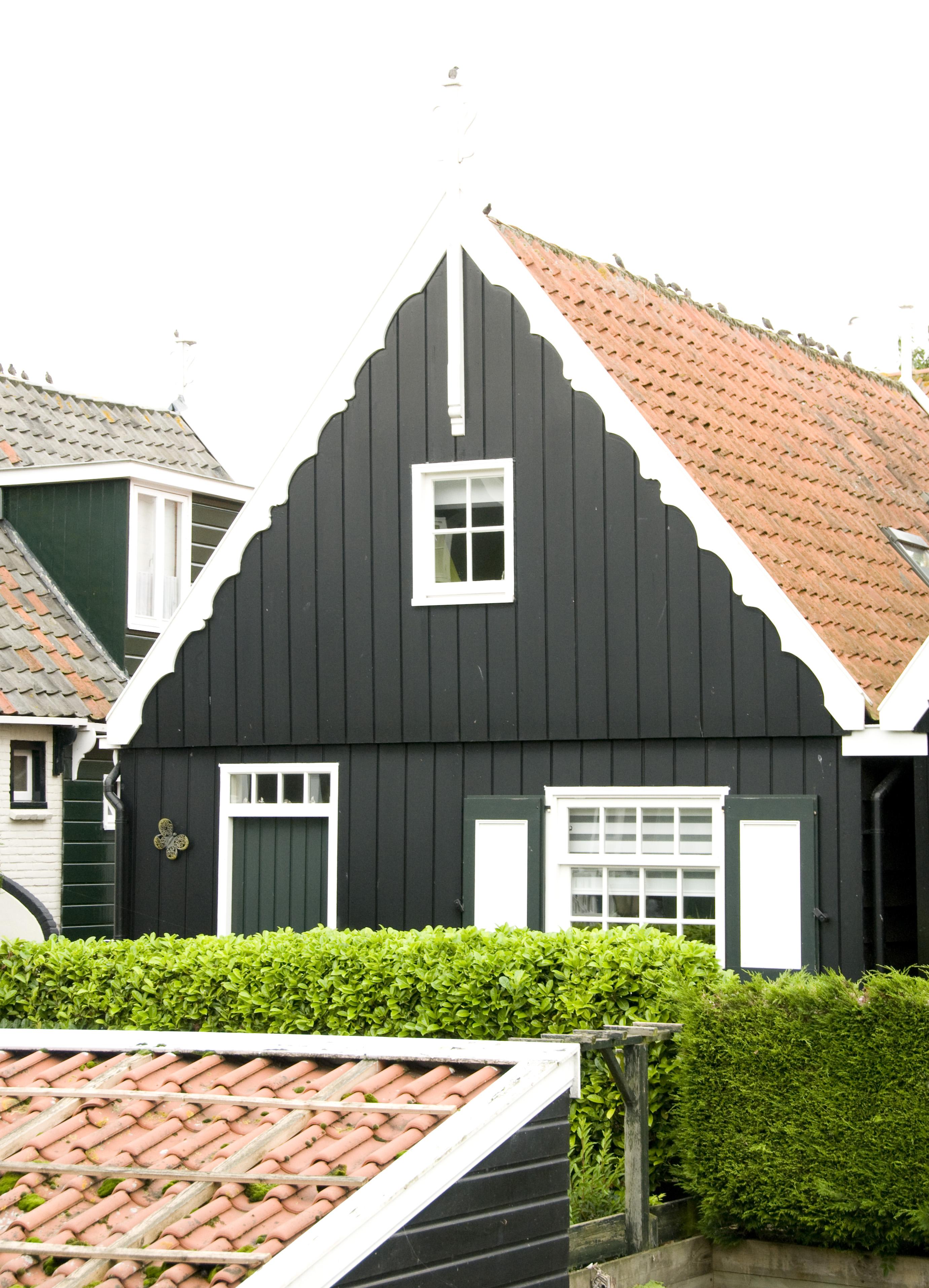 Houten huis met puntgevel en daklijst op consoles in marken monument - Houten huis ...