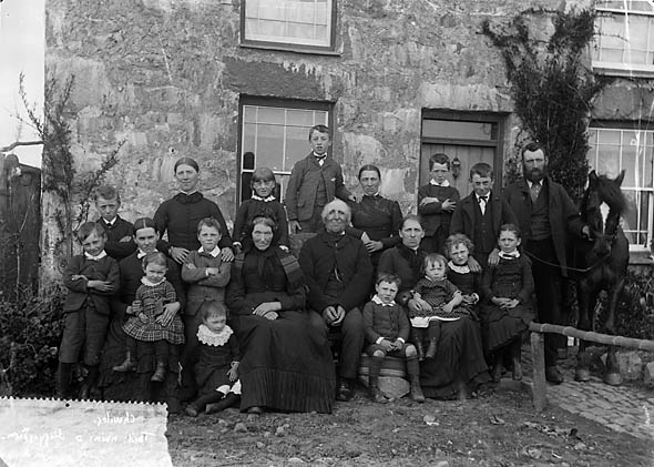File:Large family group, Chwilog NLW3363021.jpg