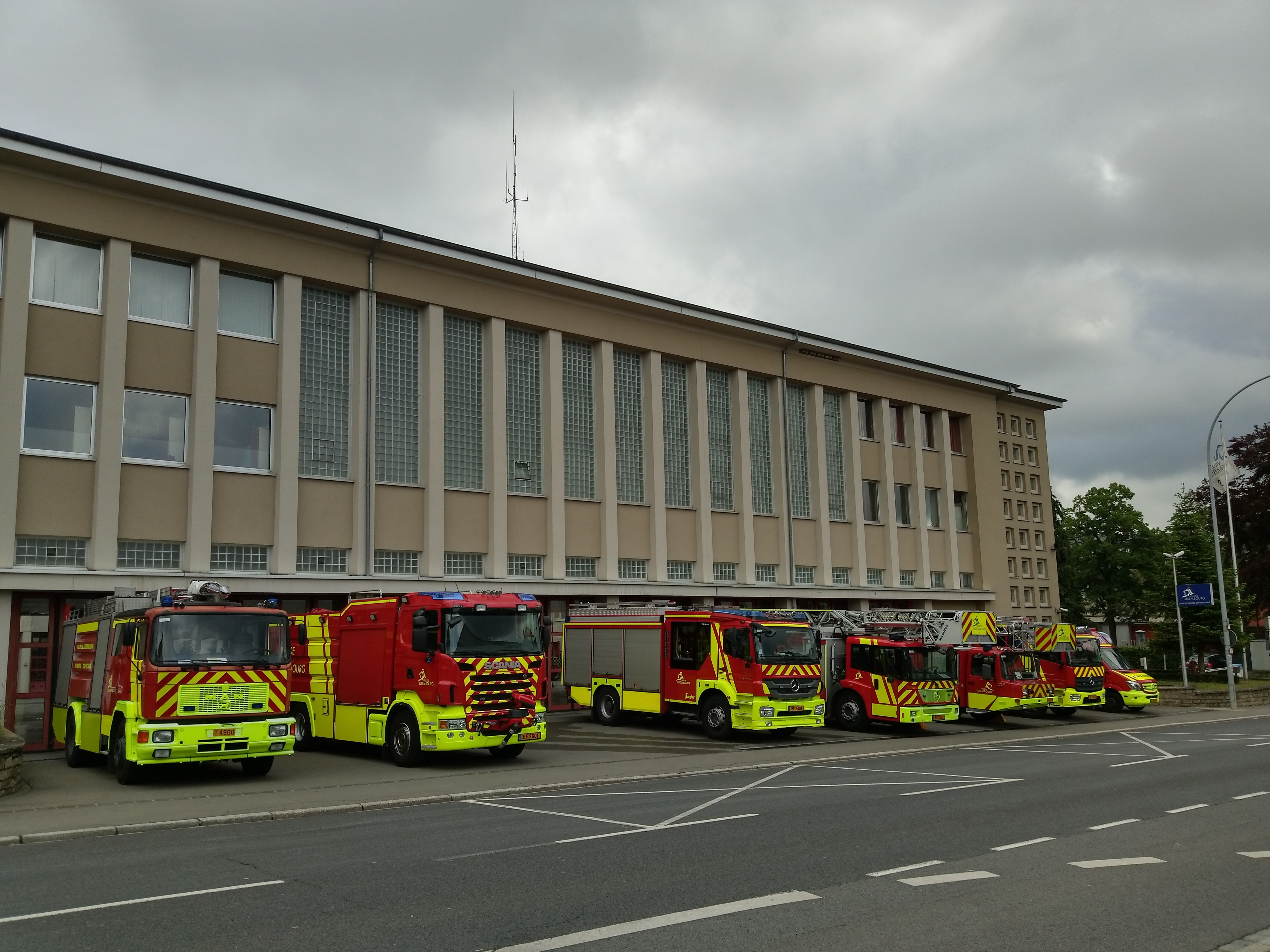 File luxembourg caserne pompiers 2 jpg wikimedia commons for Piscine de luxembourg