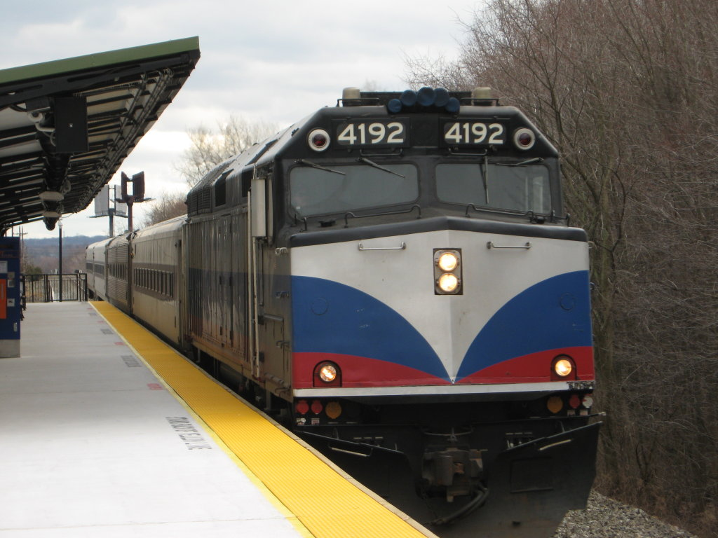 File:MTA Metro-North 4192 pulls NJT train 1027.jpg - Wikimedia Commons