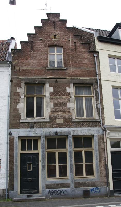 Huis met voorgevel met moderne trapgevel in maastricht monument for Moderne huis foto