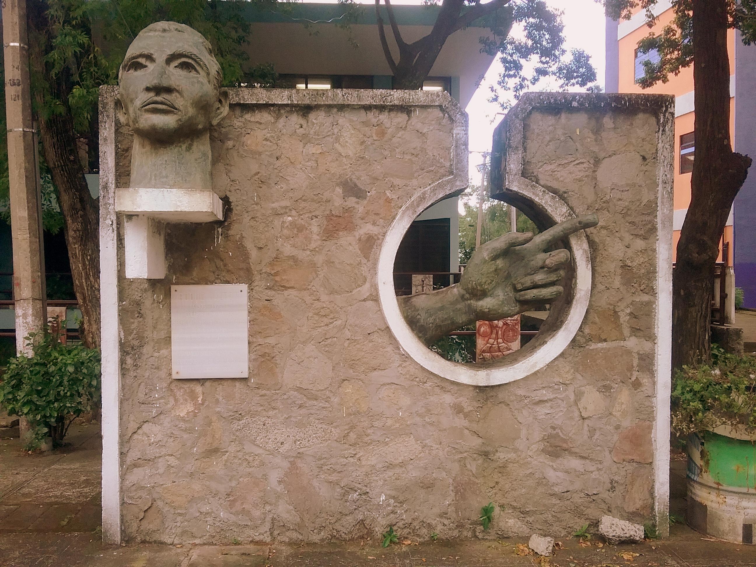 Monumento a Roque Dalton en la plaza de la Cultura de la Universidad de El Salvador.