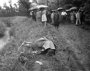 人們從玉川上水打撈起一對屍體,男女兩名死者用繩子綑綁在一起。