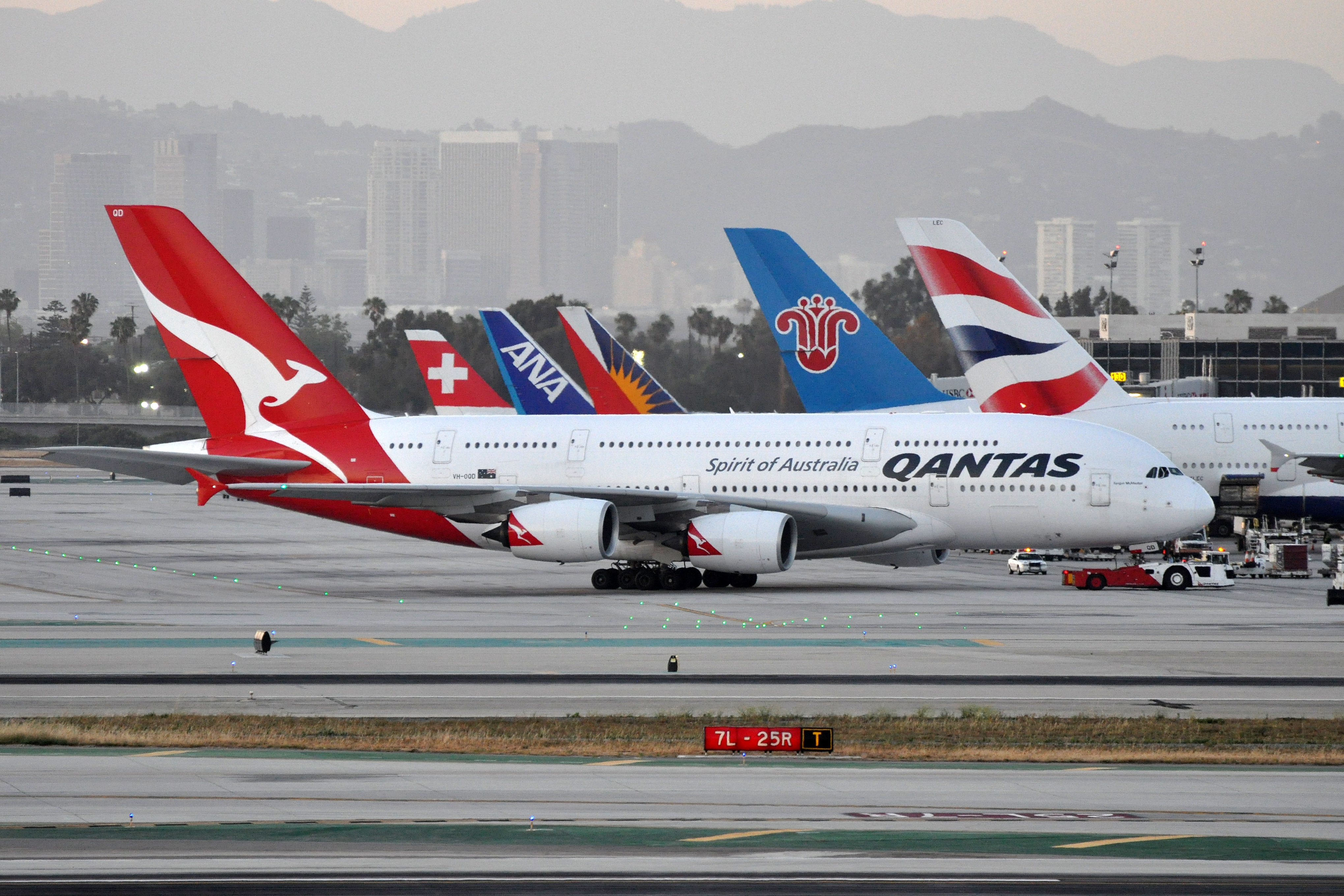 File:Qantas Airbus A380 at LAX jpg - Wikimedia Commons