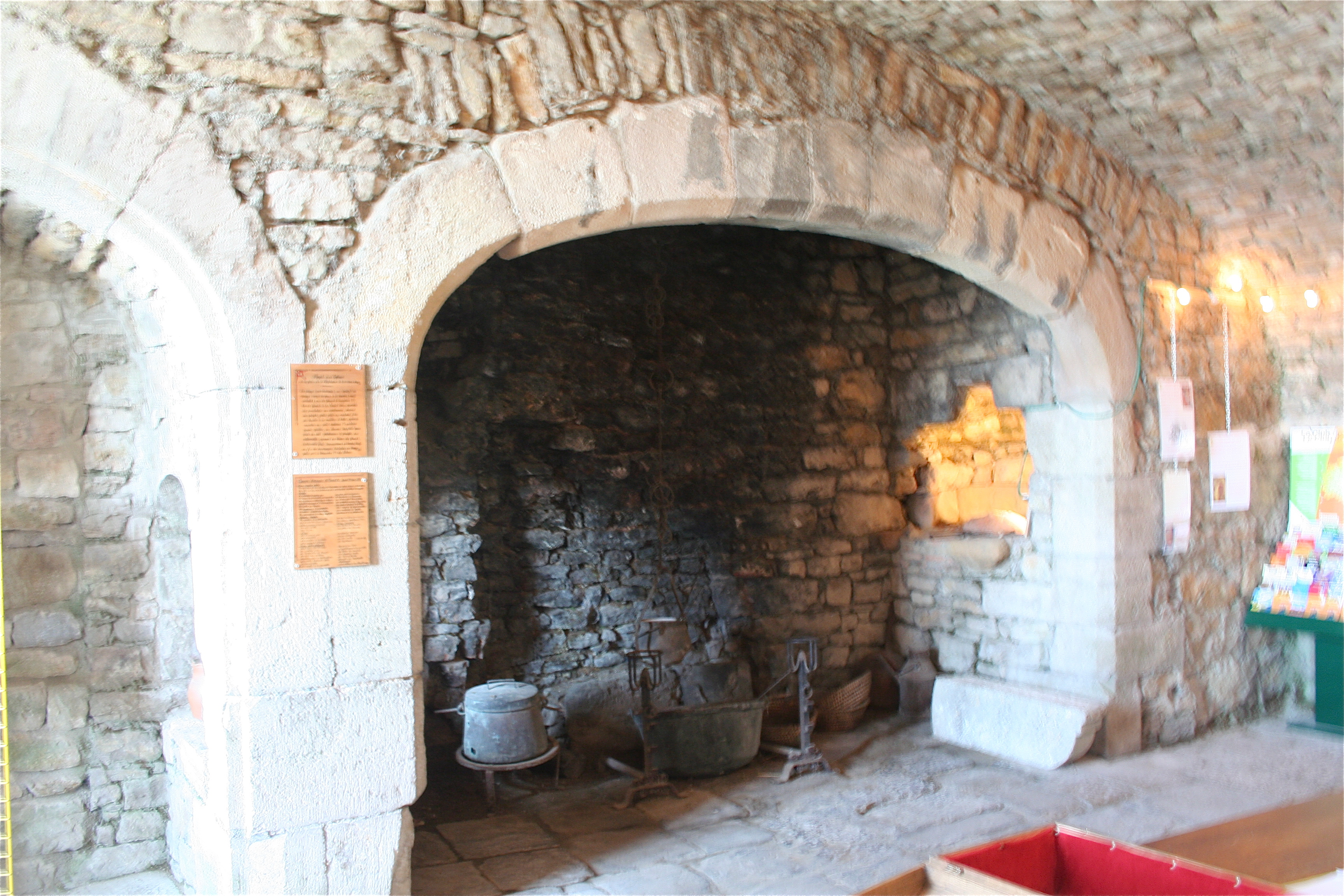 File severac le chateau cheminee chateau jpg wikimedia - Contour de cheminee decoratif ...