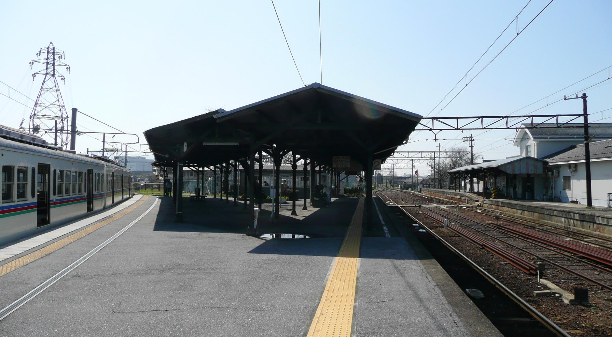 https://upload.wikimedia.org/wikipedia/commons/6/66/Shiga_Takamiya_Station_platform1.jpg