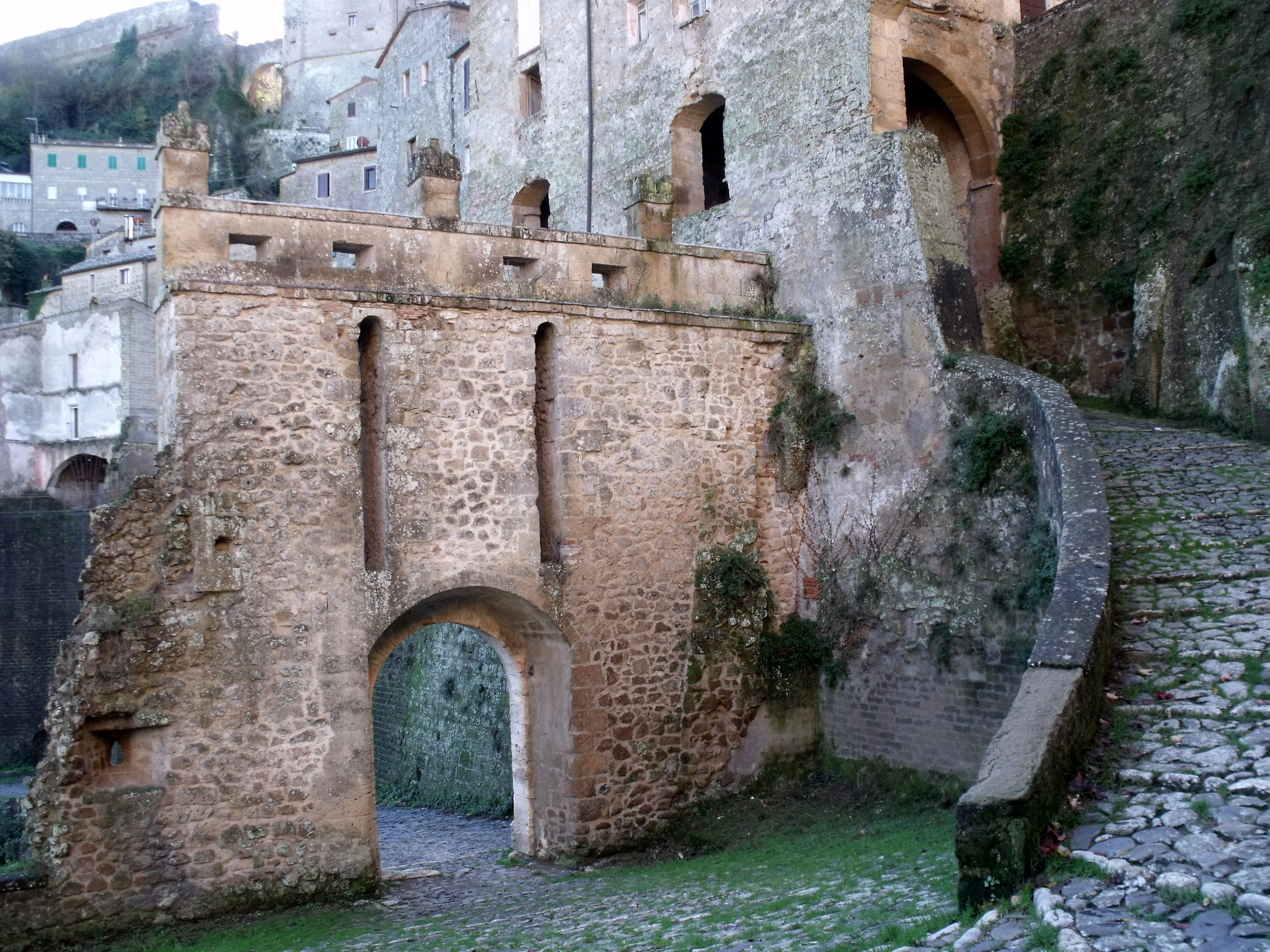 Sorano, Porta dei Merli (dall'interno)
