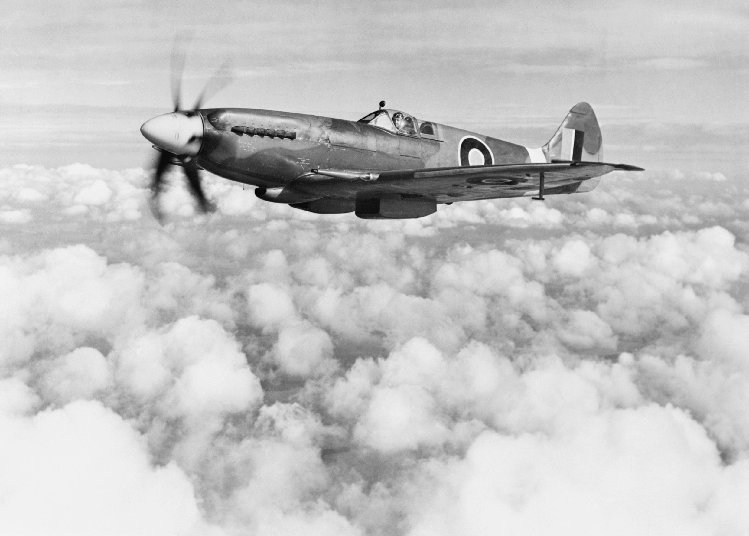Supermarine_Spitfire_Mk_XIVe_RB140_in_Ma