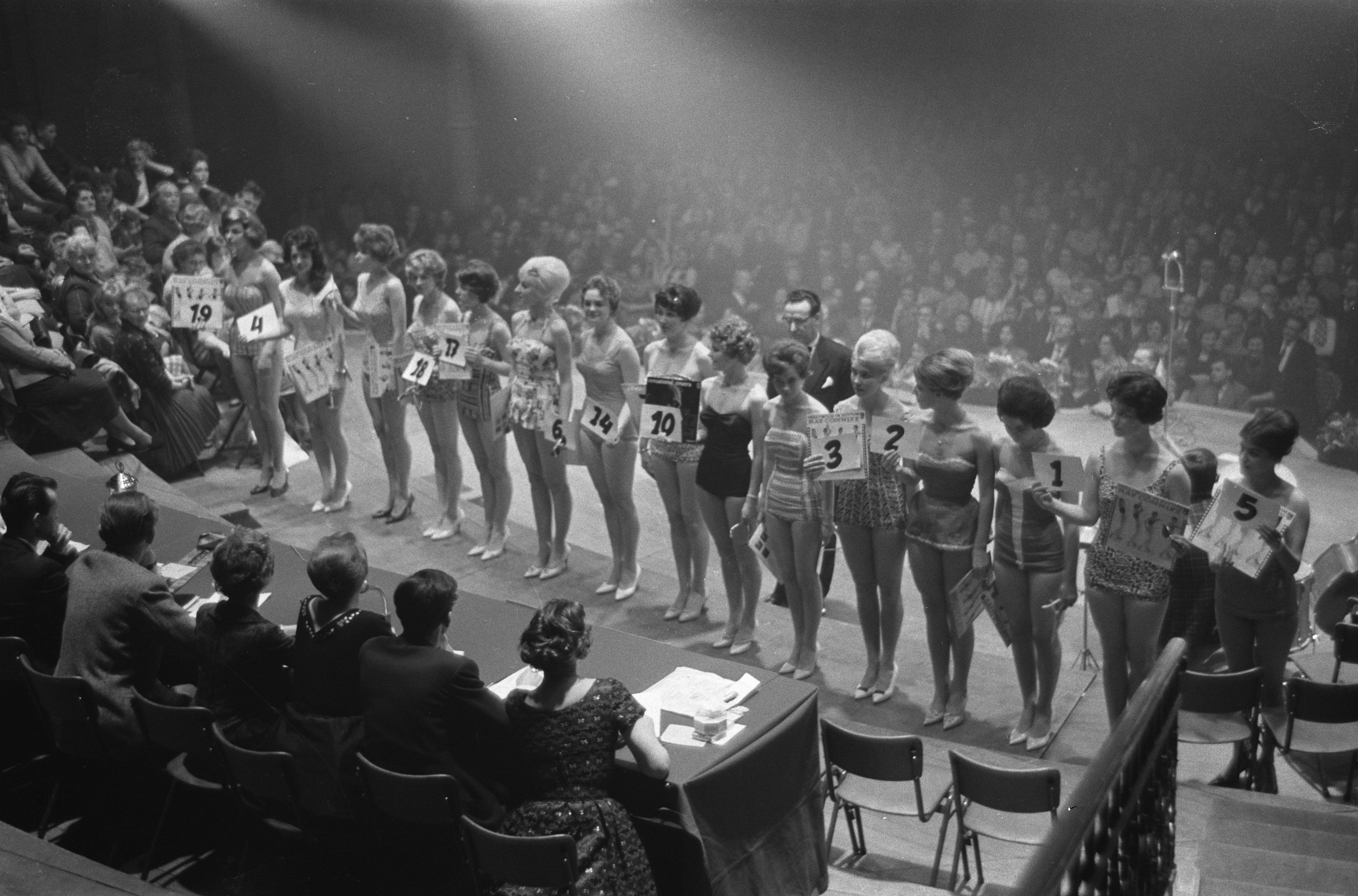 Verkiezing van Miss Amsterdam 1960 in het Concertgebouw de 19 deelneemsters Bestanddeelnr 911 1485