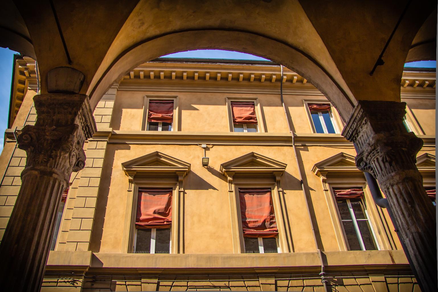 https://upload.wikimedia.org/wikipedia/commons/6/66/Via_Zamboni_-_San_Giacomo_Maggiore_-_Bologna_IT-2.jpg