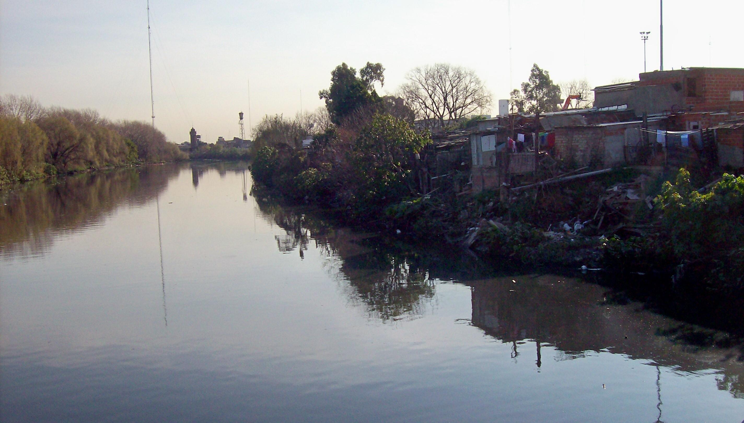 File vista riachuelo desde puente wikimedia for Villas en argentina