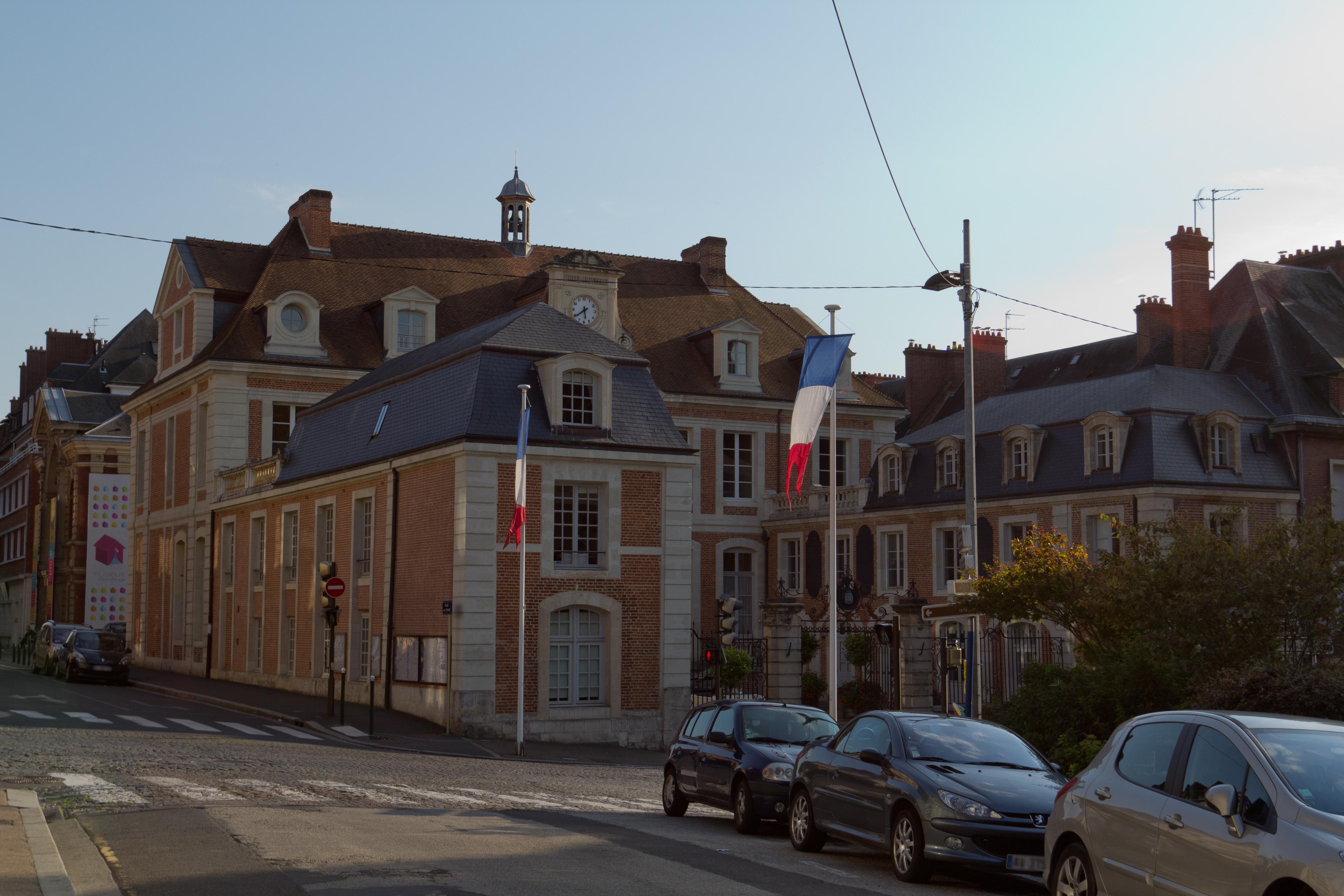 File vue d 39 ensemble de l 39 h tel de ville lisieux calvados for Piscine lisieux