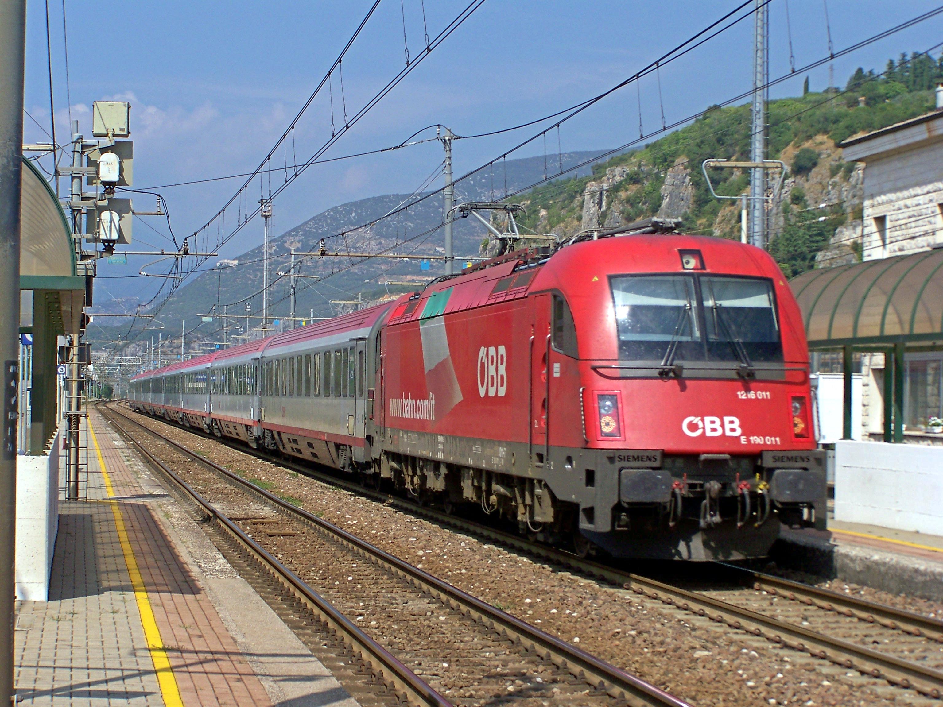 File:ÖBB-DB-TN EC 85 ÖBB 1216 011 Domegliara 20130824.JPG