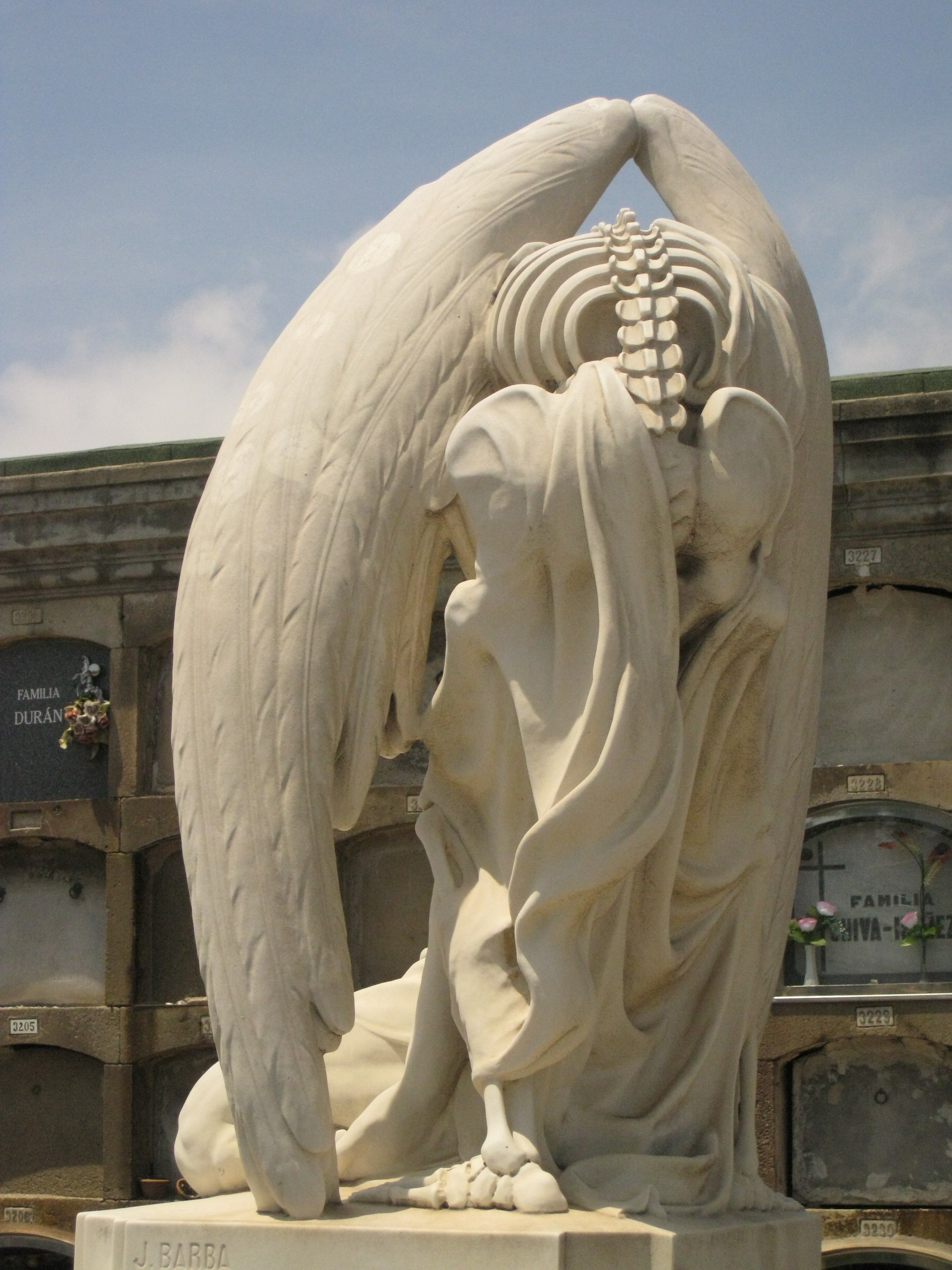 File:130 Cementiri del Poblenou, el Petó de la Mort.jpg - Wikimedia Commons