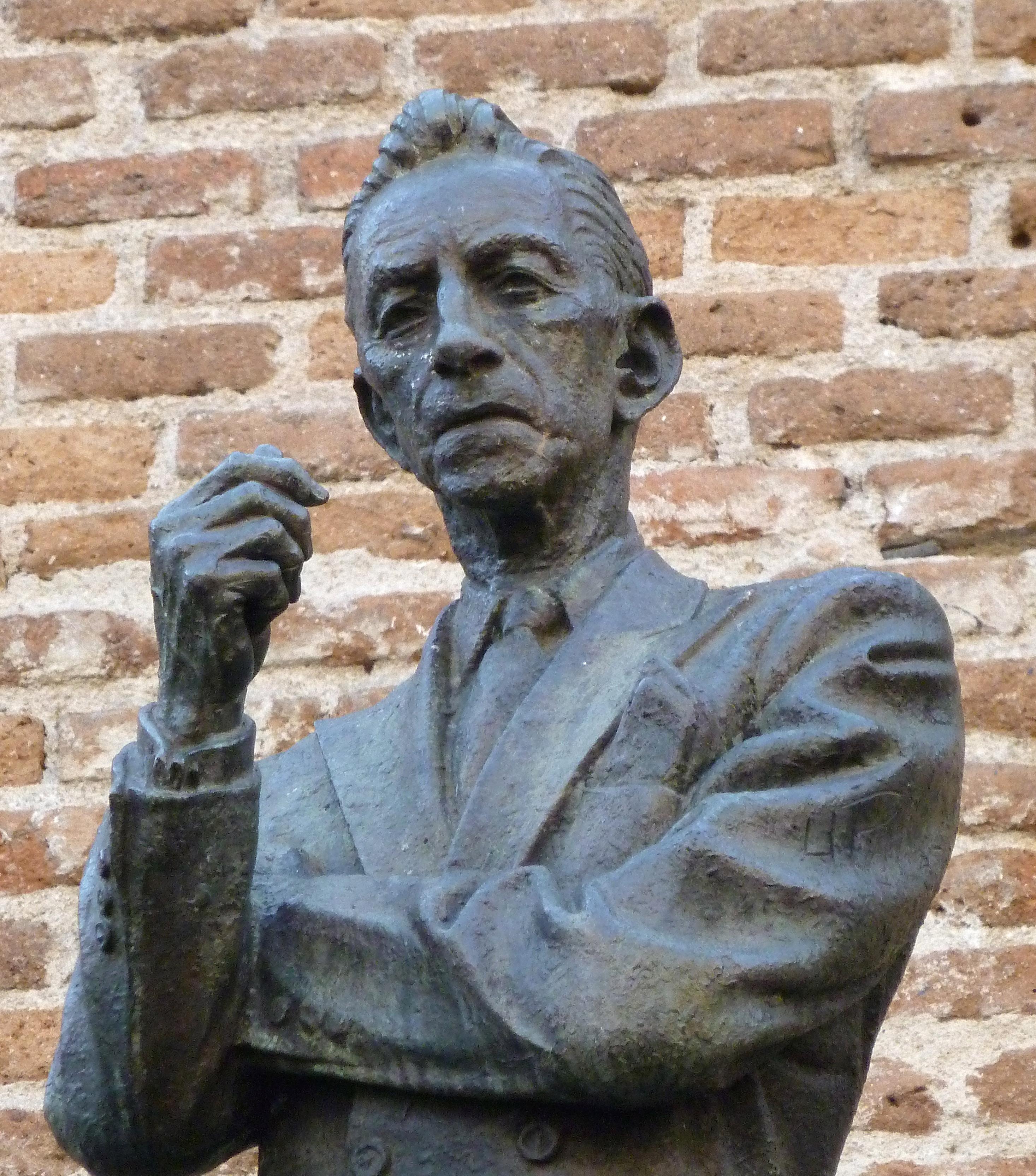 Estatua de Agustín Lara en Madrid, obra de Humberto Peraza y Ojeda